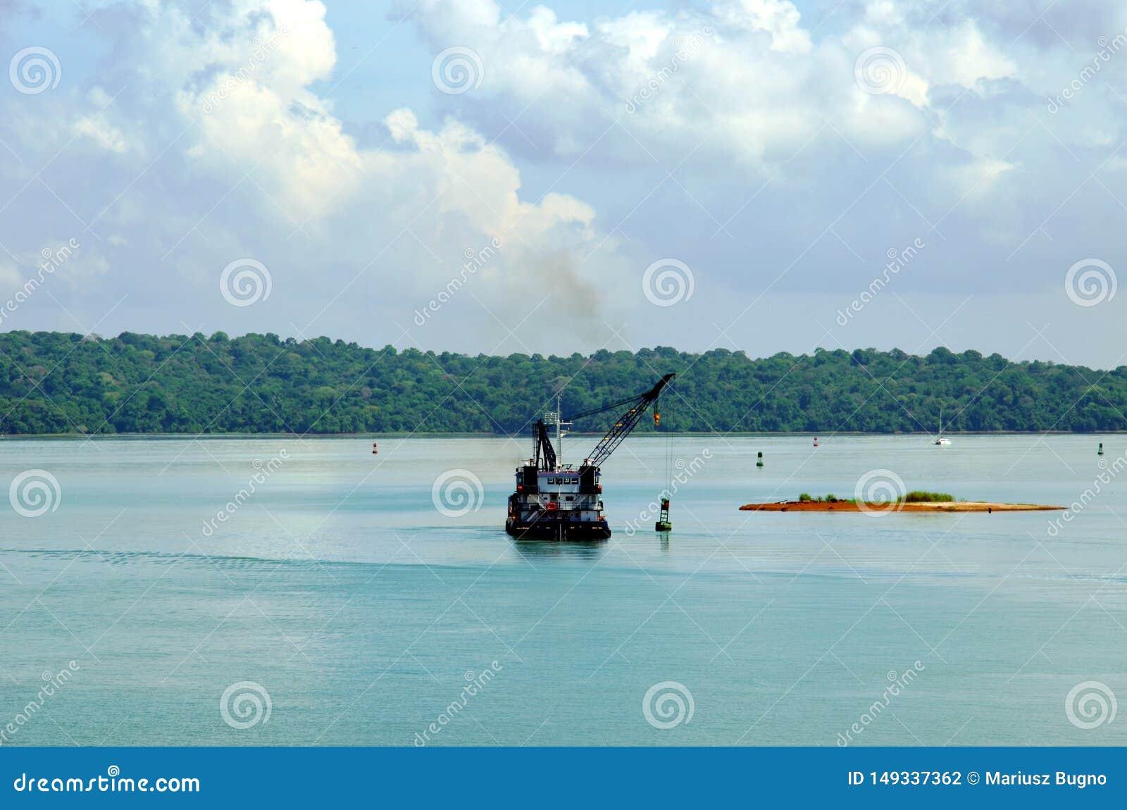 运转在巴拿马运河水的撒粉瓶船