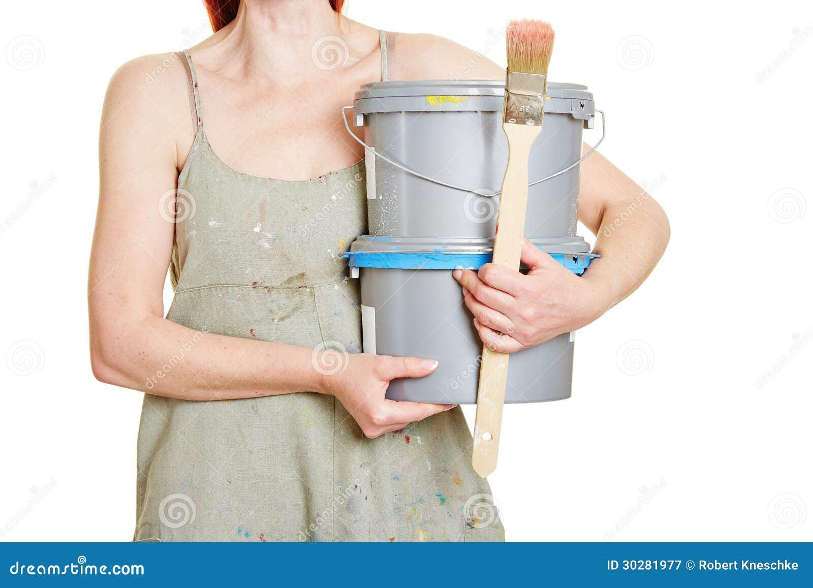 妇女运载的油漆桶