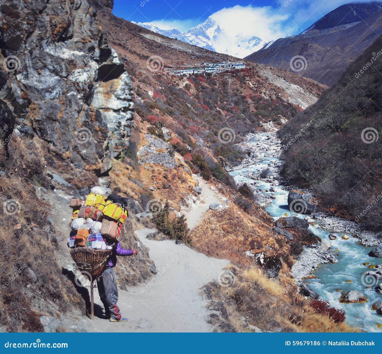 运载担子的山搬运工在喜马拉雅山