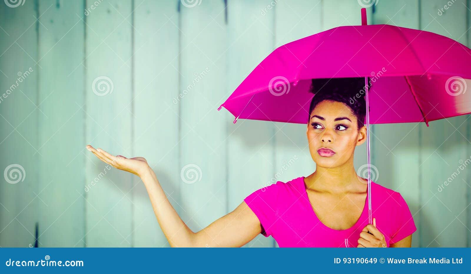 运载桃红色伞的少妇的综合图象