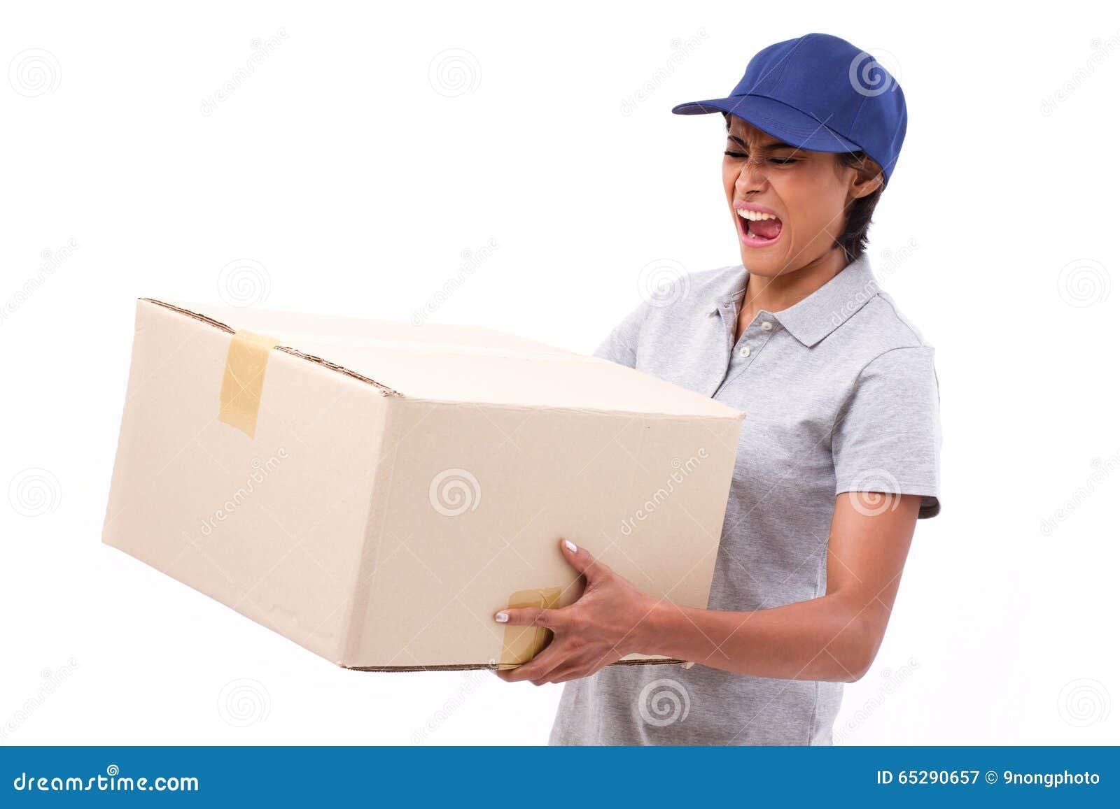 运载重的小包纸盒箱子的女性交付职员