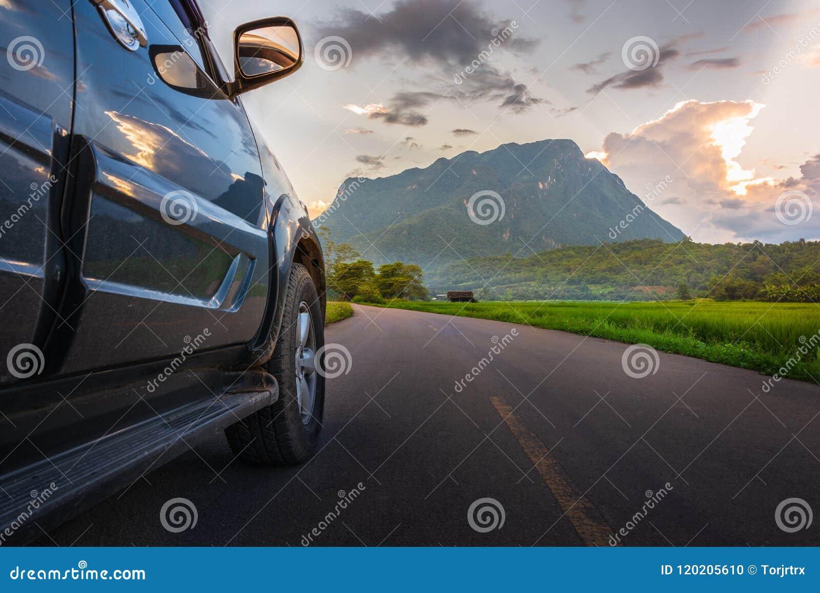 运输和汽车与SUV汽车的旅途概念在路和