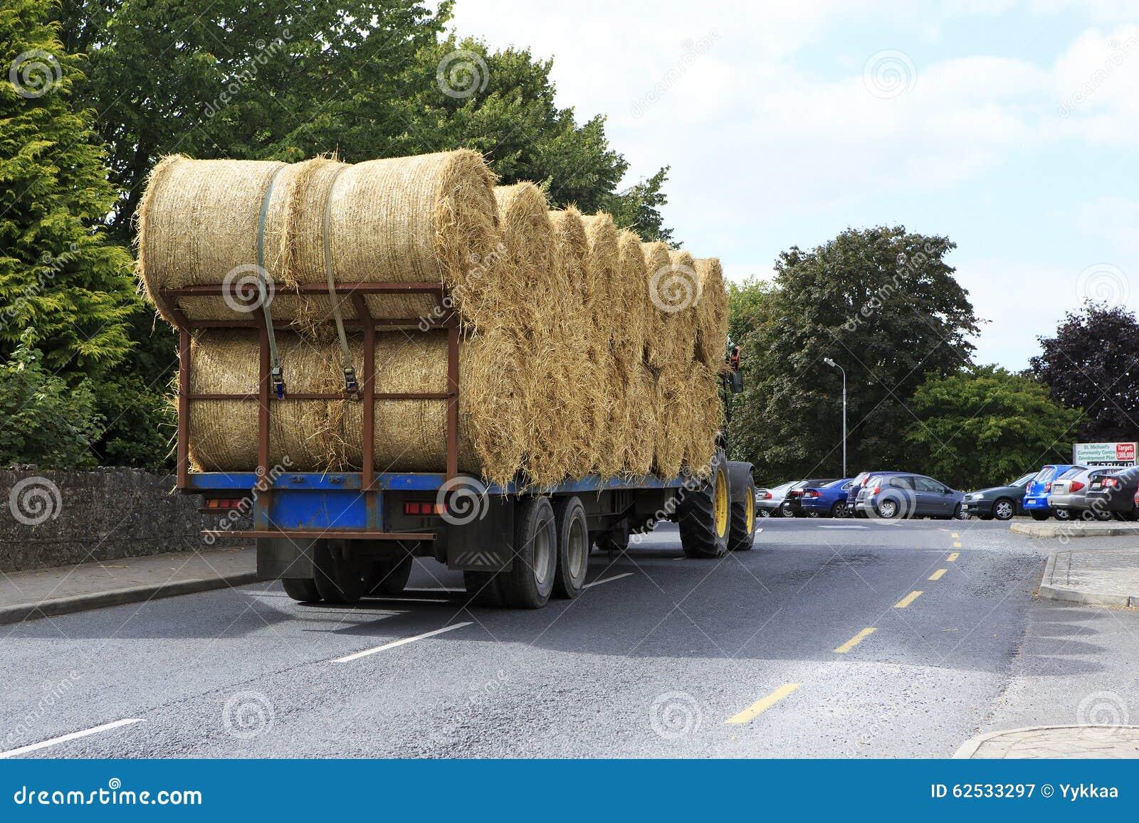 运输在爱尔兰语的拖拉机秸杆大包