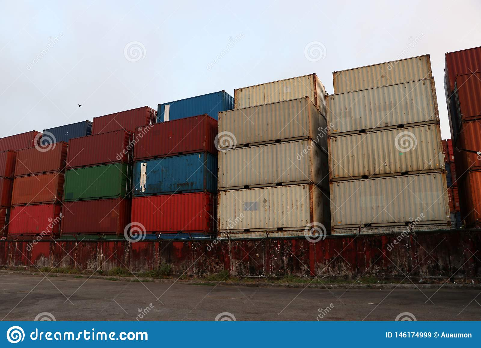 运输货柜在存贮安置了作为分层堆积