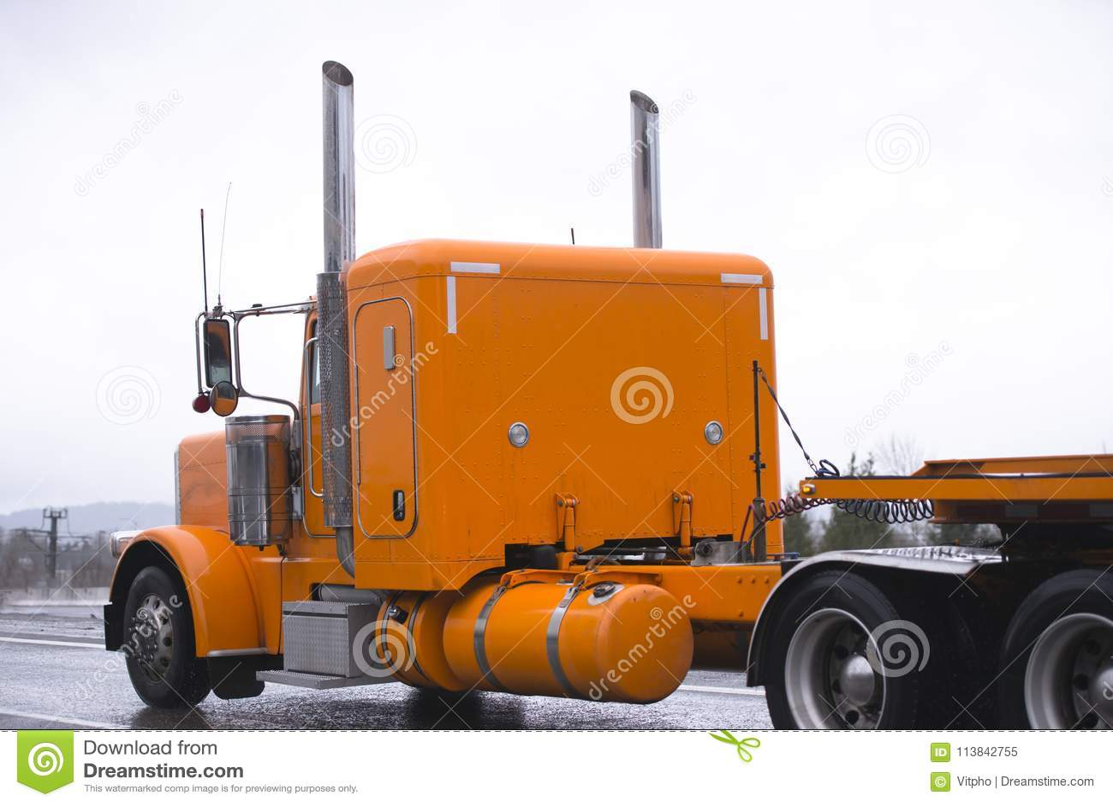 运输fl的经典明亮的橙色大半船具卡车拖拉机