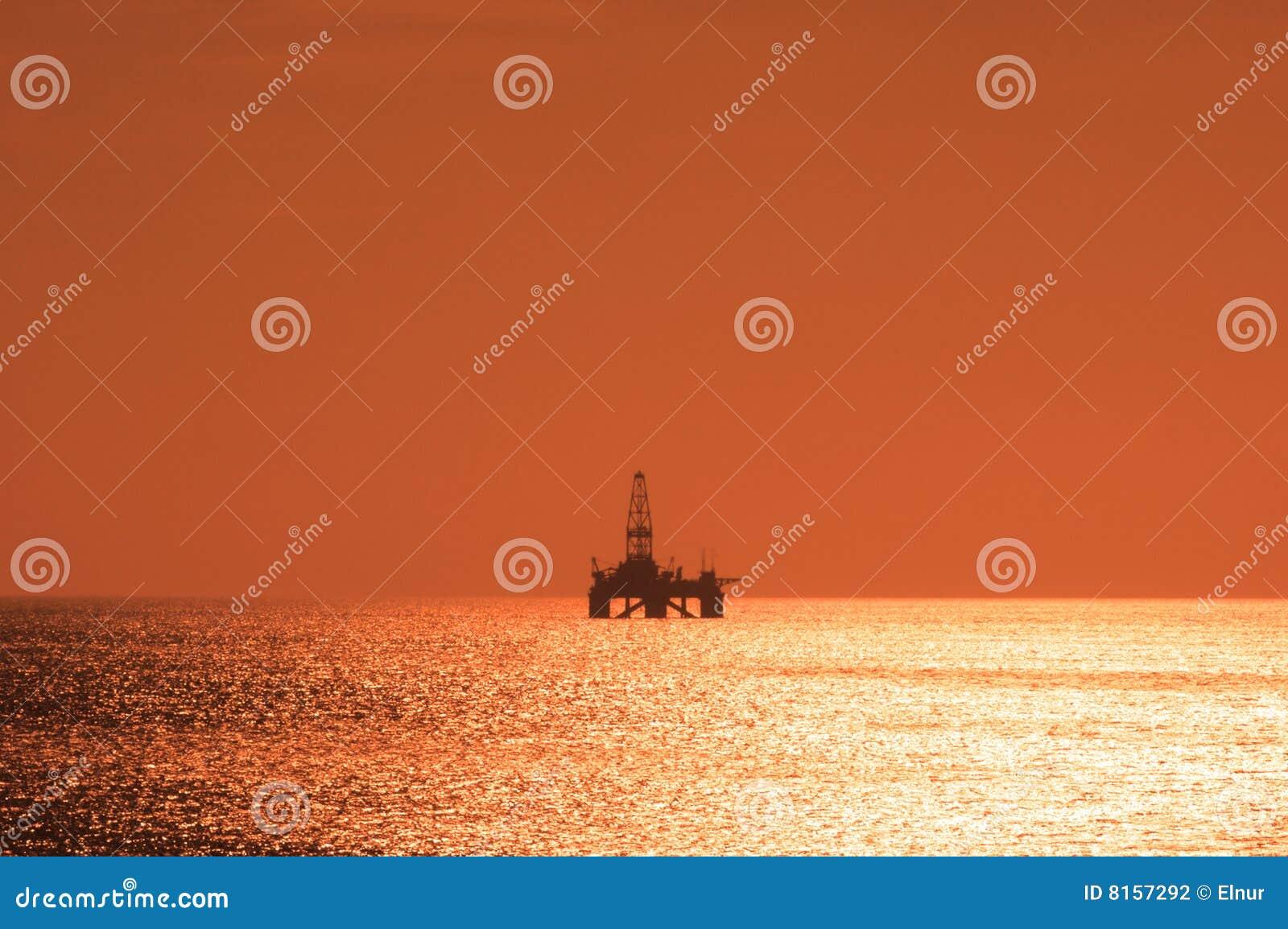 近海抽油装置日落