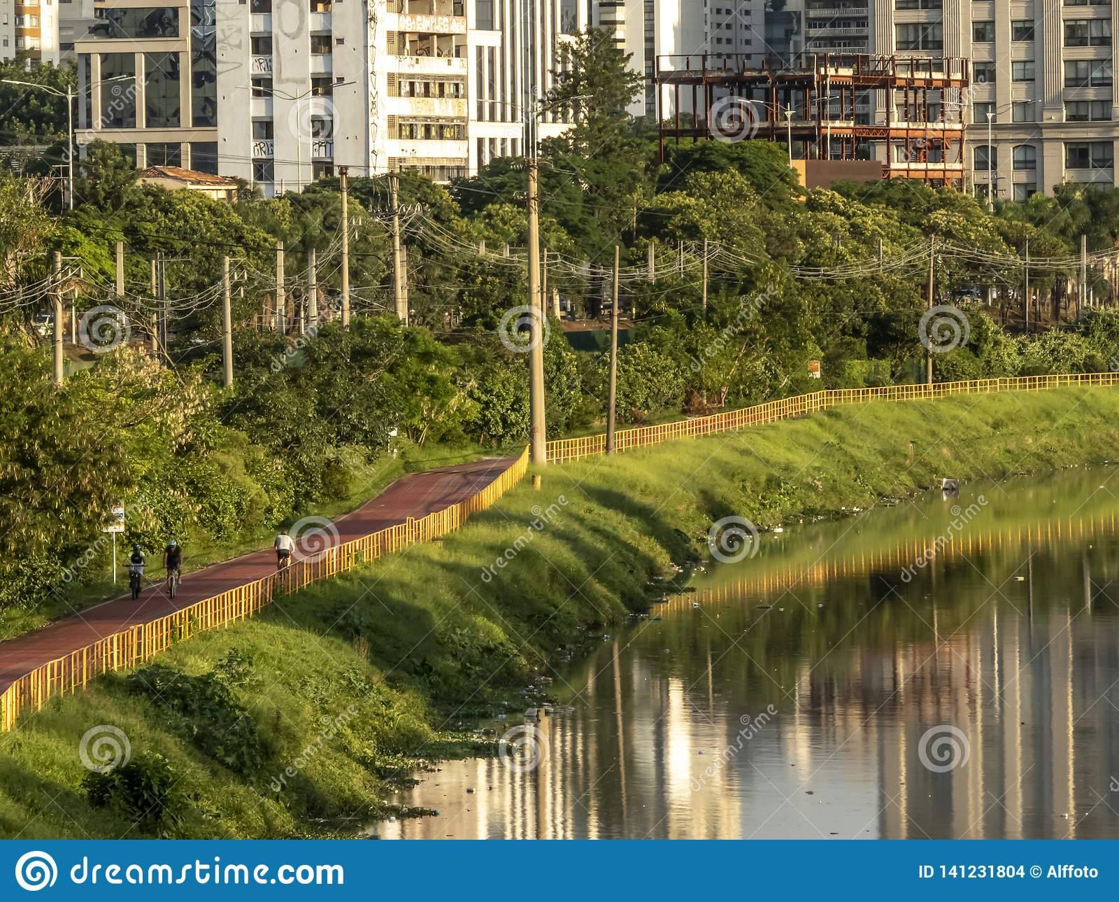 近自行车道的骑自行车者皮涅鲁斯河,圣保罗的西边