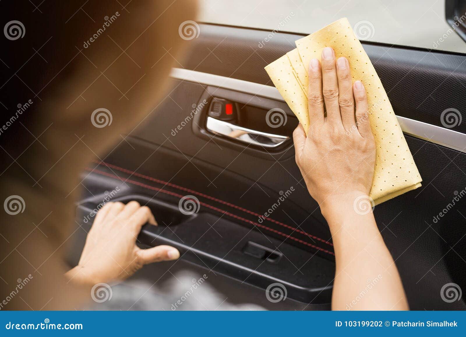 这个图象是用手抹汽车的图片与一块黄色microfiber布料