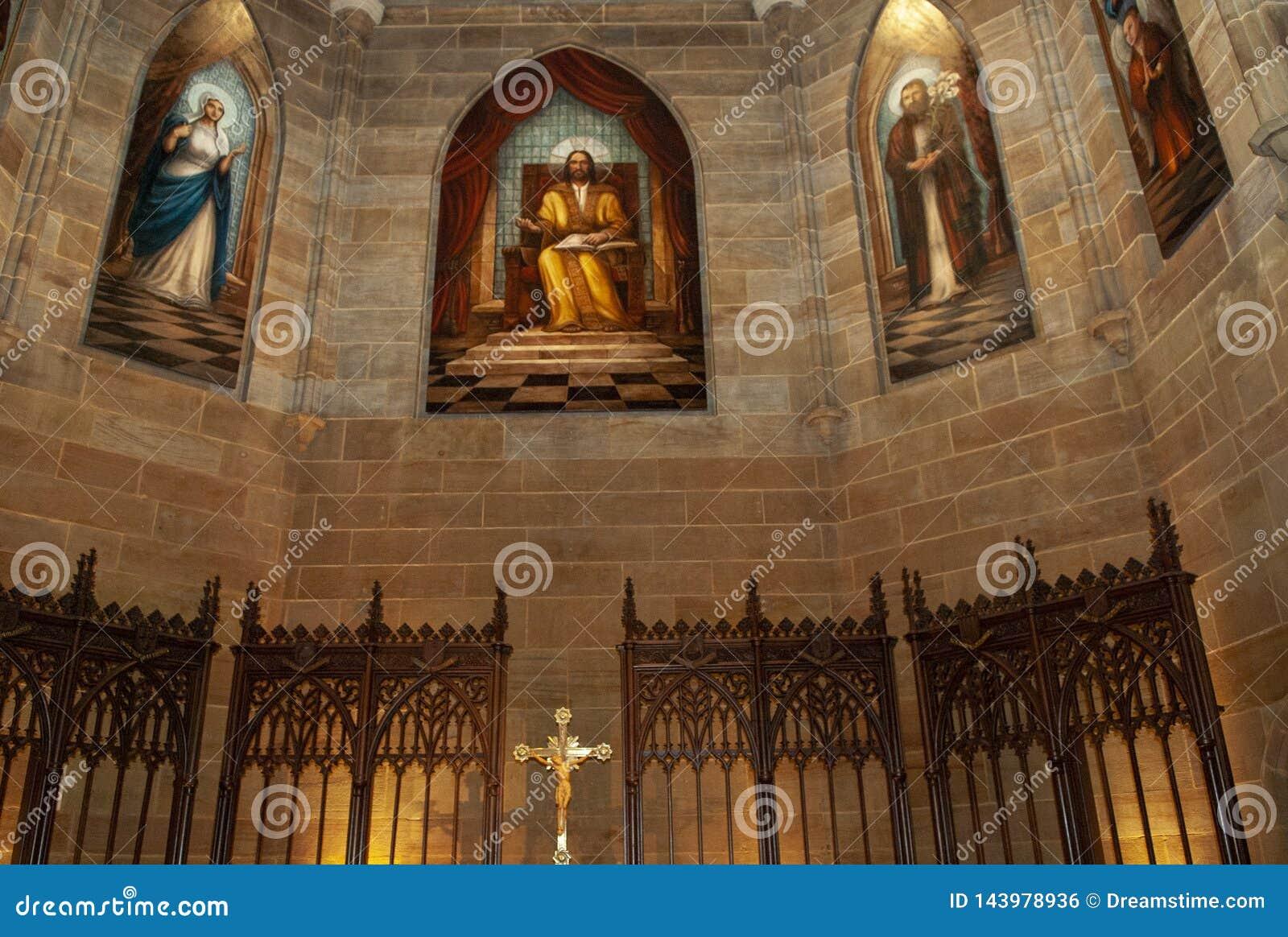 这是与污迹玻璃窗的一块天主教天花板