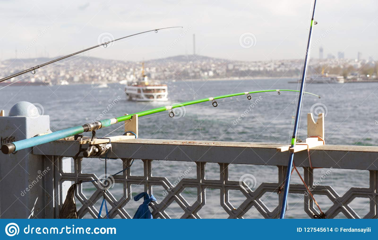 这是在金黄垫铁的一根钓鱼竿
