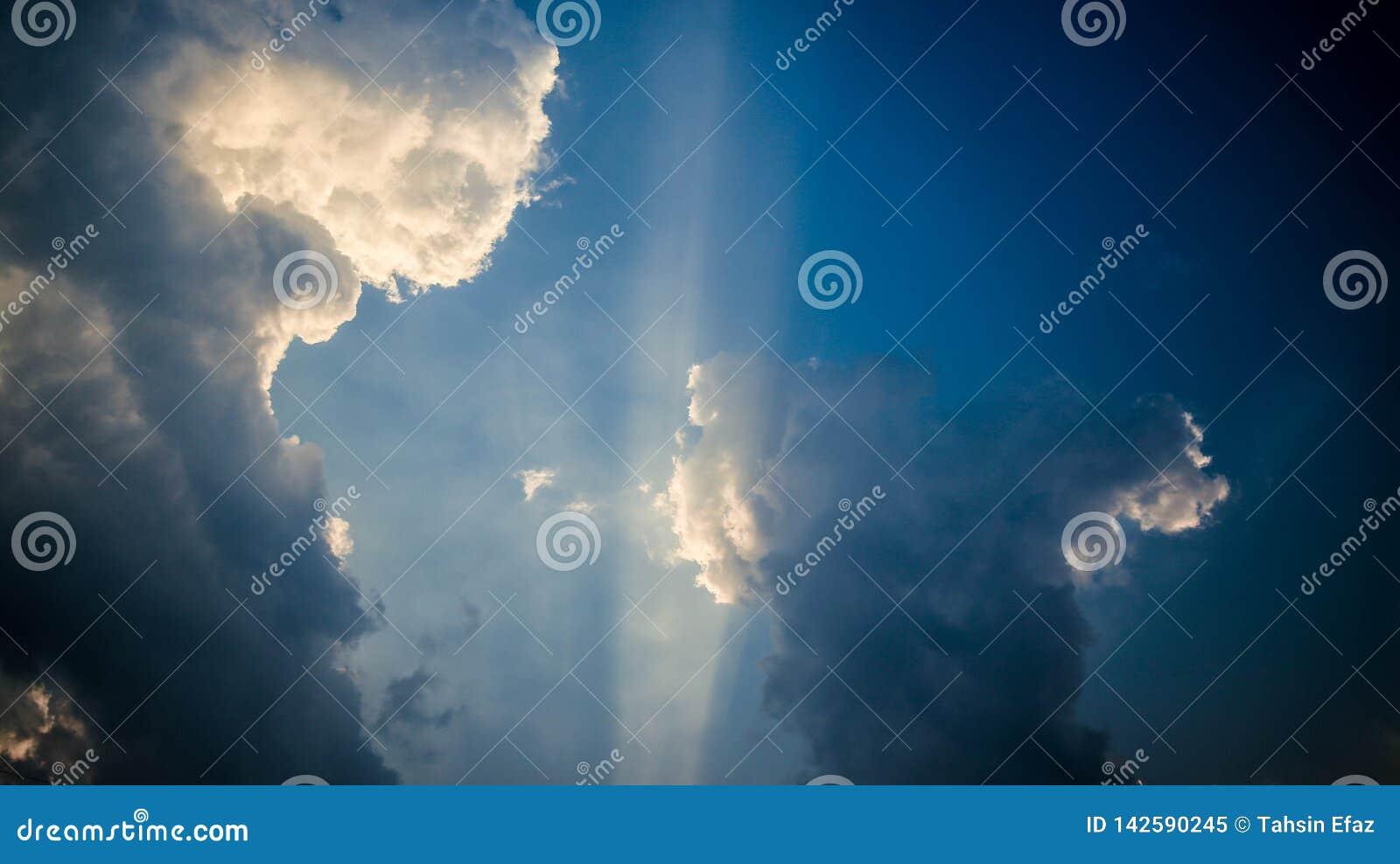 这是天空蔚蓝的图片与太阳光芒的