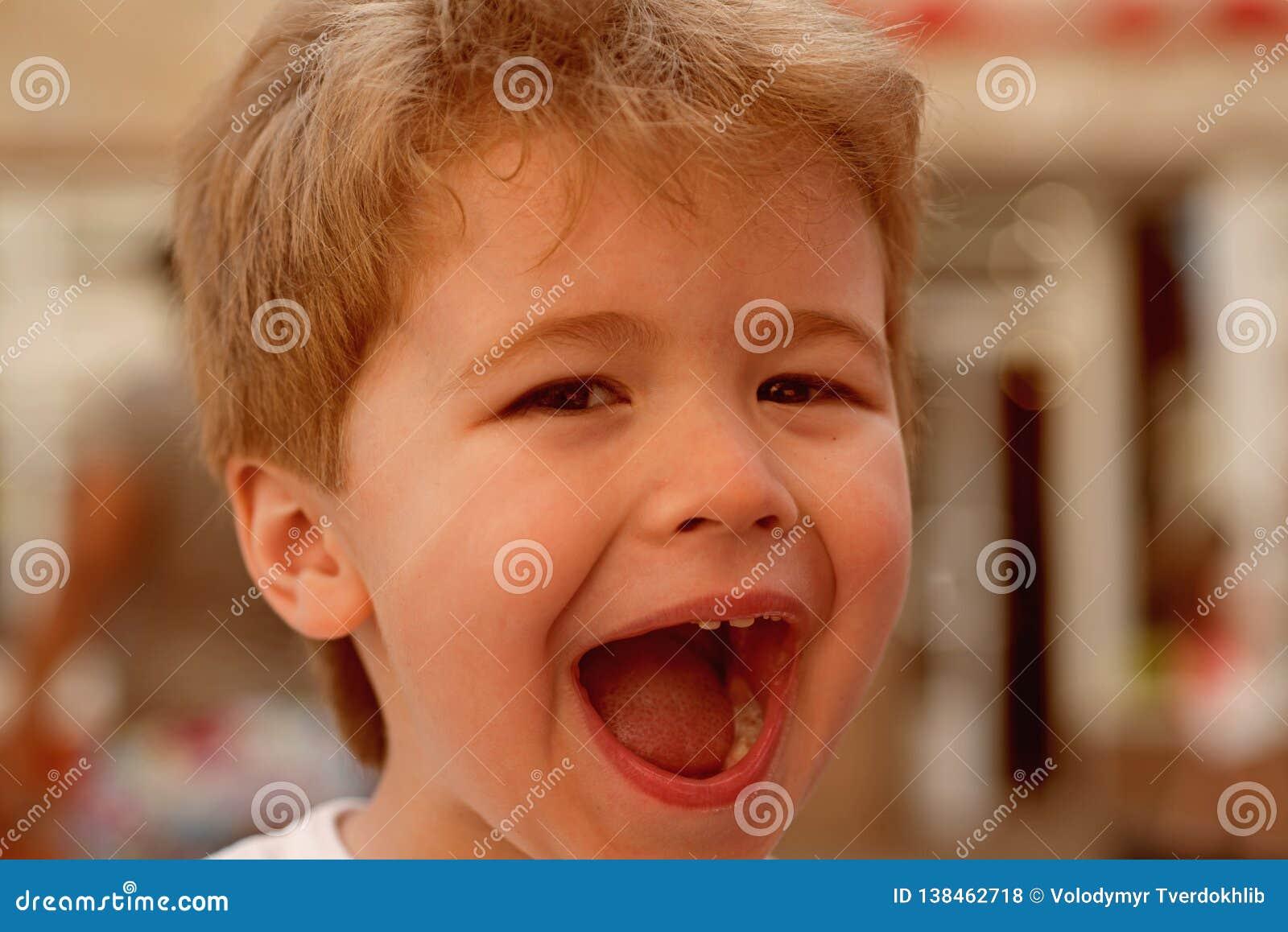 这是惊人的 有时髦的理发的小孩 有短的理发的小孩 有金发的小男孩 健康