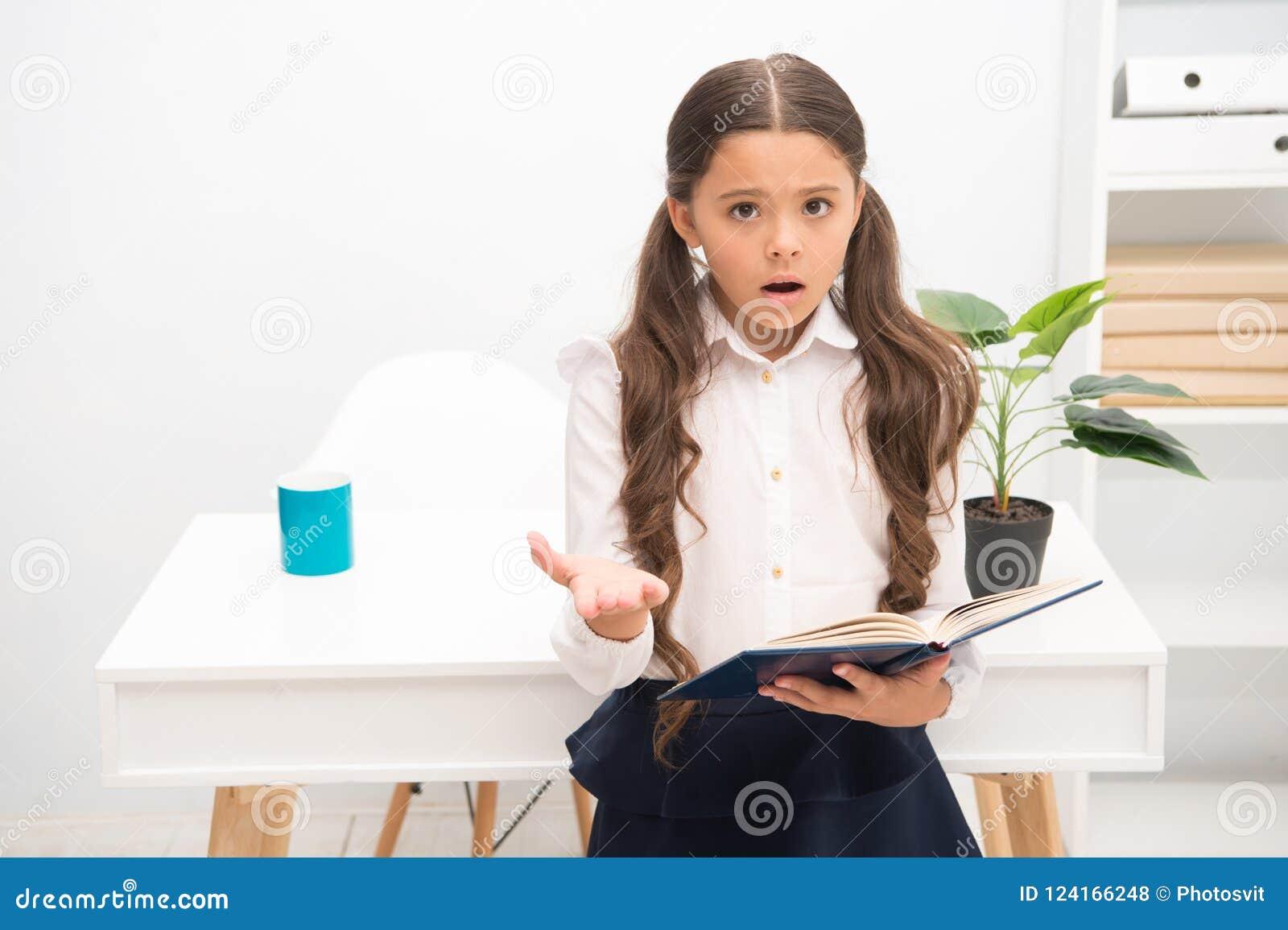 这样困难的题目 学习困难 女孩读了书,当立场桌白色内部时 女小学生学习
