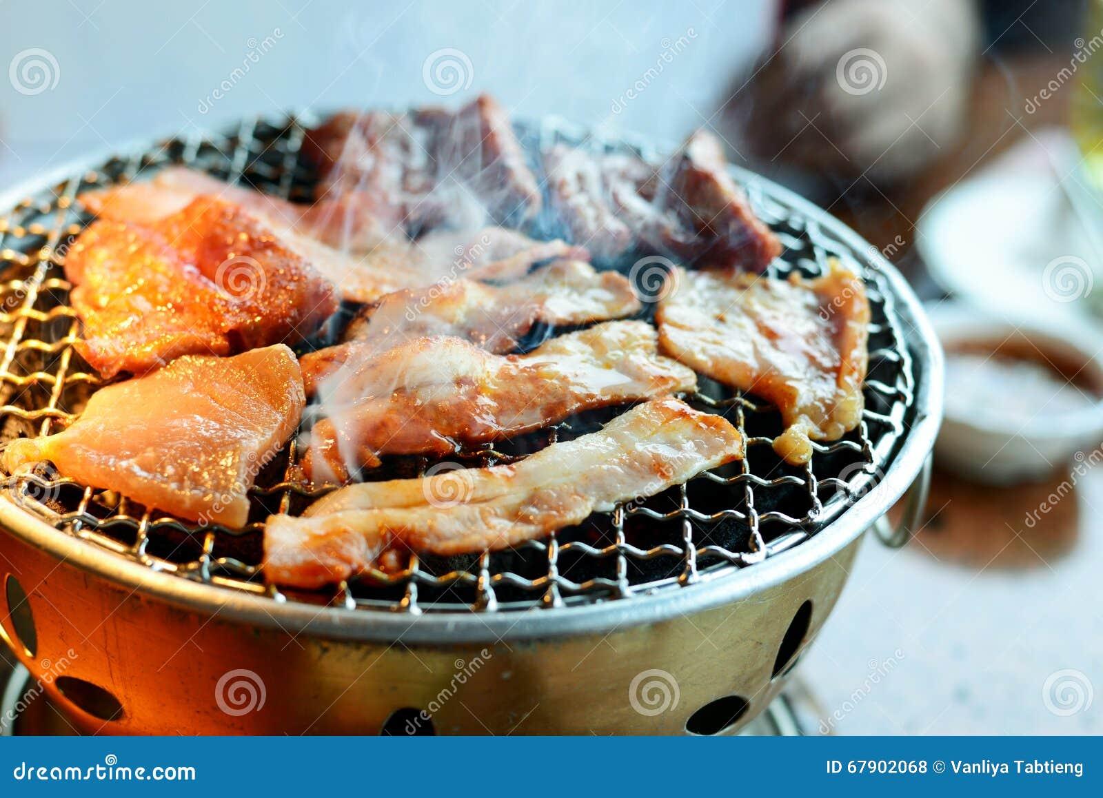 这种食物是韩国BBQ;牛肉和猪肉在热的co烤