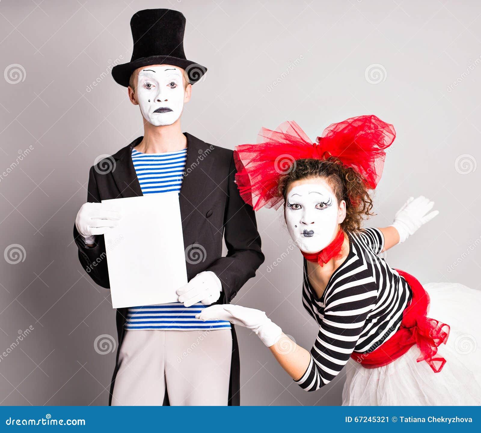 这里您的文本 拿着空的空白的委员会的演员笑剧 五颜六色的演播室画象有灰色背景 4月鸟蓝色泡影蝴蝶日历唬弄帽子演讲星期日