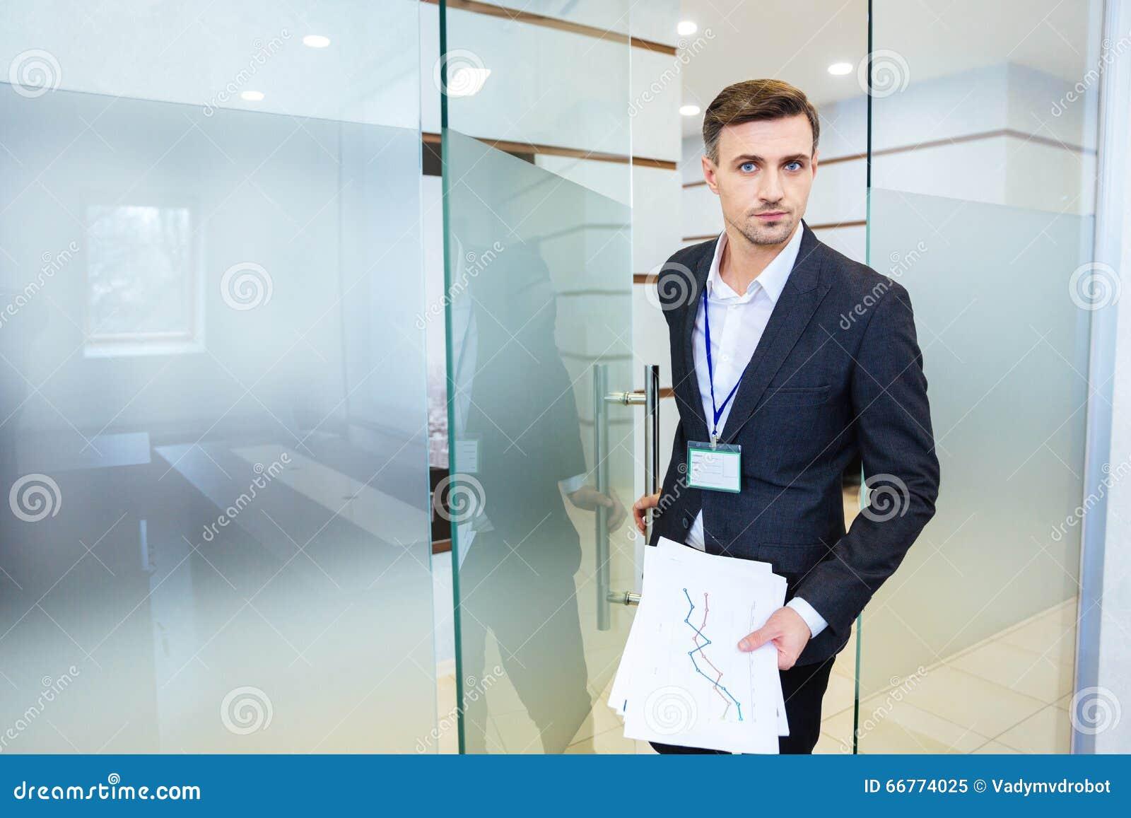 进入会议室的严肃的商人