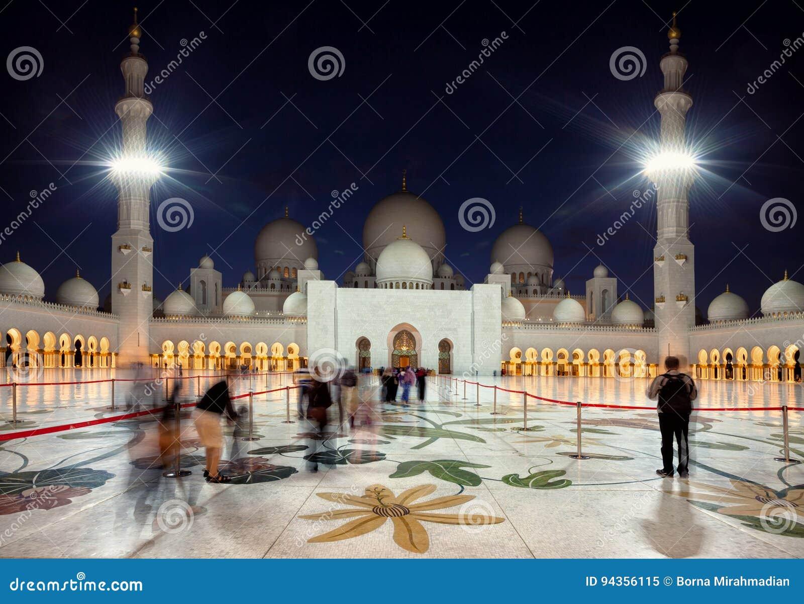 进入扎耶德的盛大清真寺访客在酋长管辖区阿布扎比在黄昏