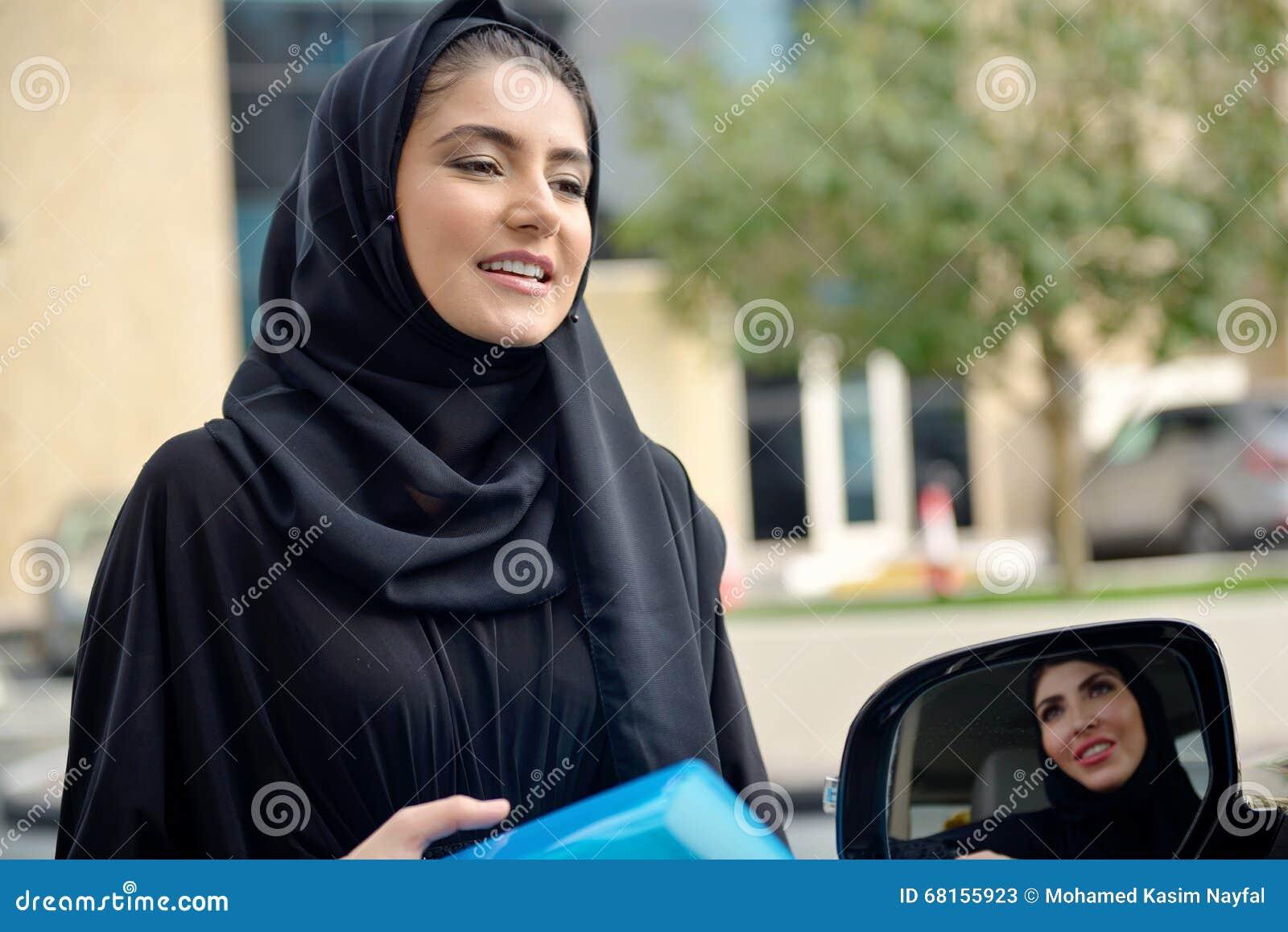 进入汽车的Emarati阿拉伯女商人