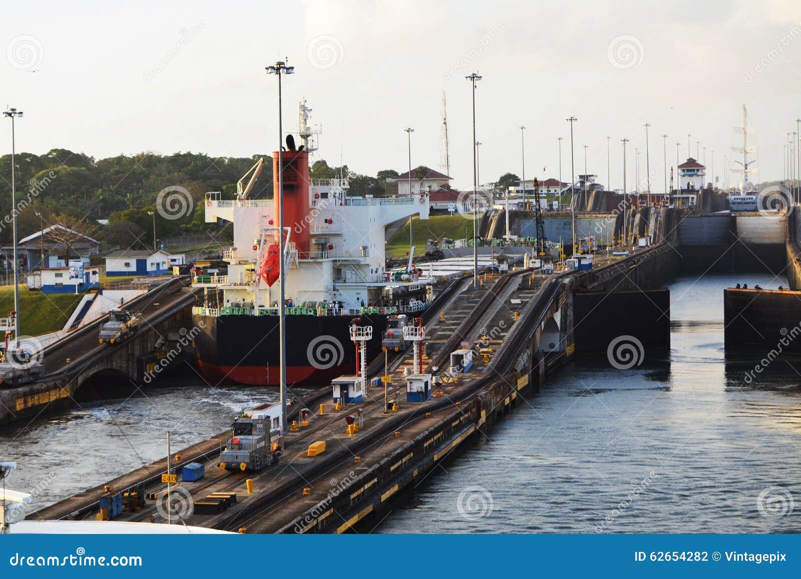 进入巴拿马运河