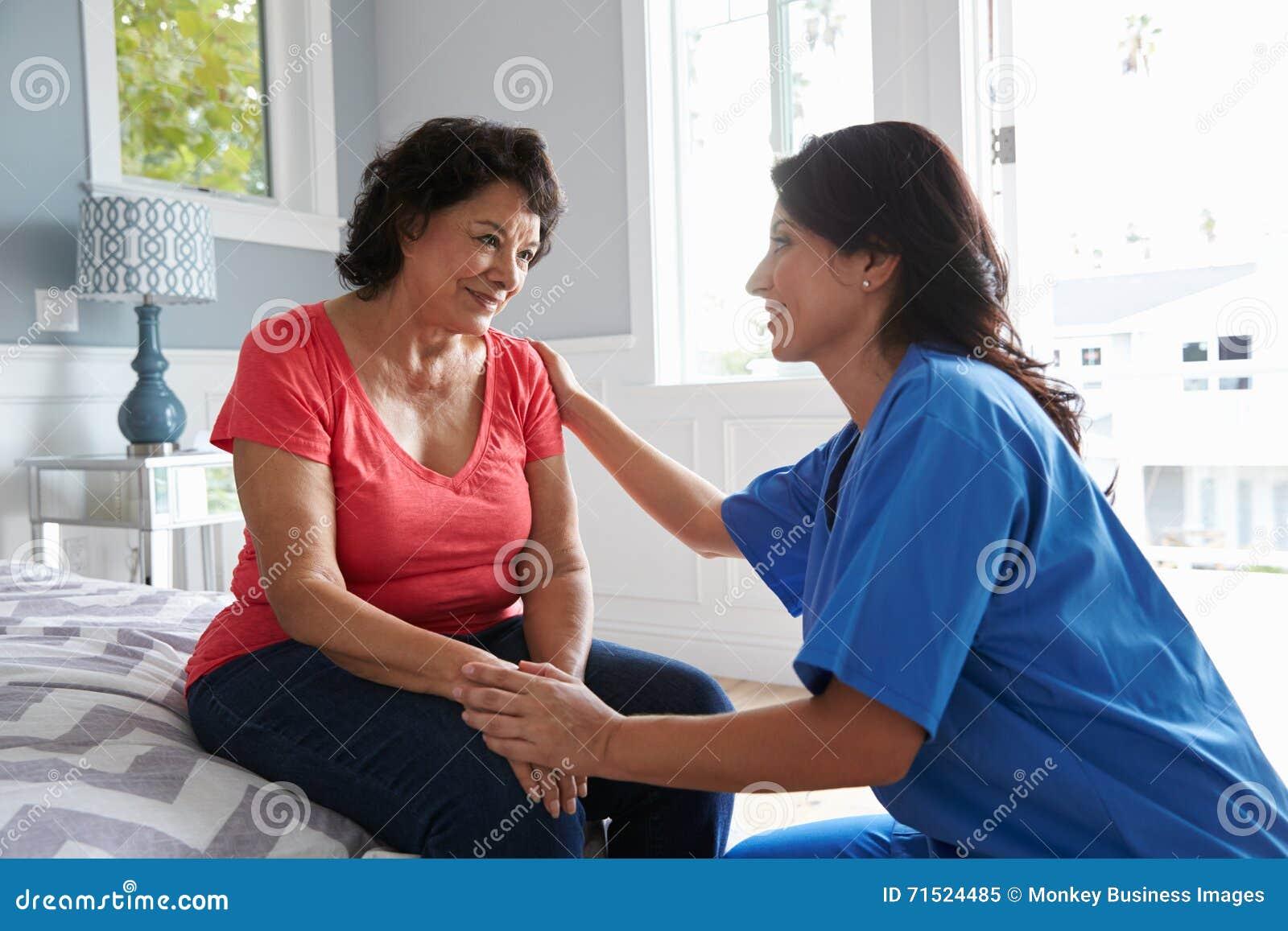 进行在家访问的护士对资深西班牙妇女
