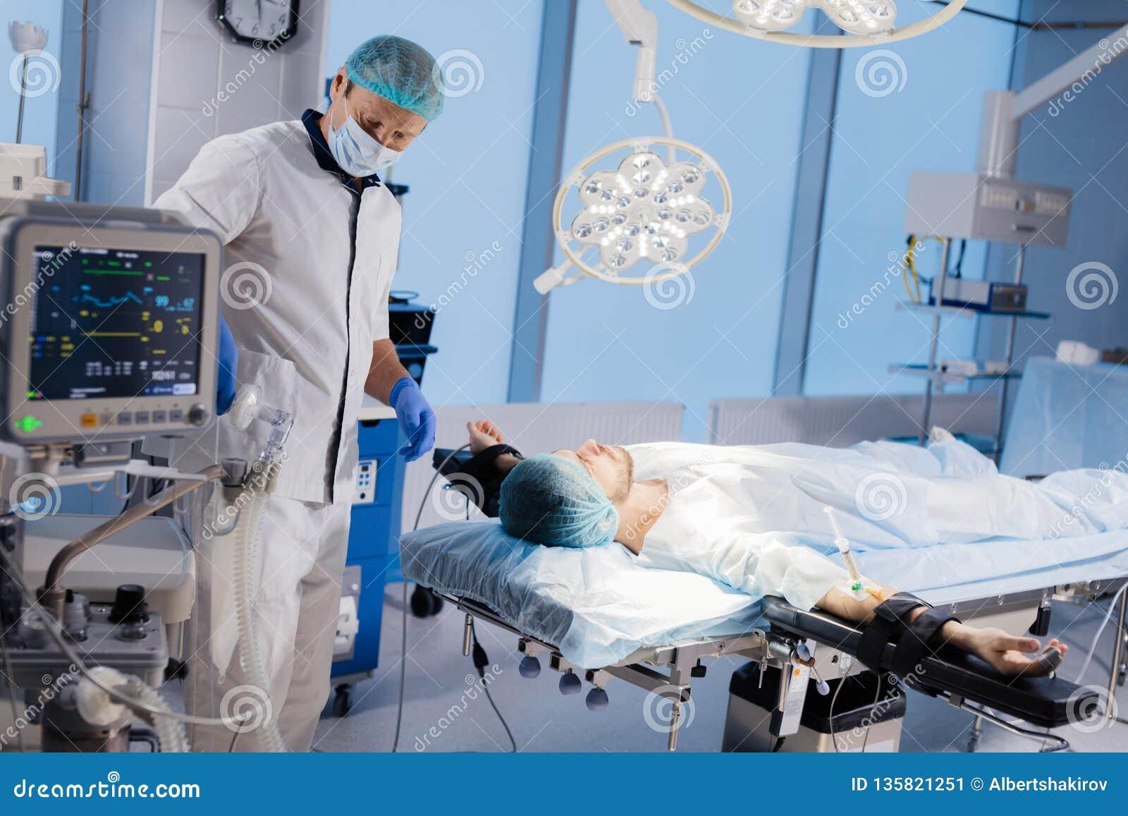 进行外科手术的医疗队在明亮的现代手术室