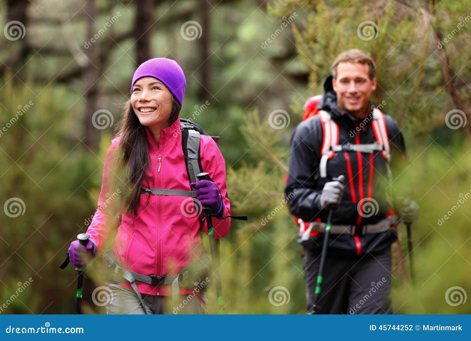 远足人-迁徙在远足的森林里的远足者