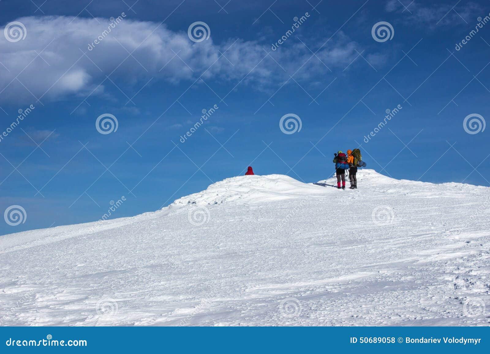 Download 远足在山的冬天 库存照片. 图片 包括有 多雪, 活动家, 云彩, 小山, 有效地, ,并且, 雪靴, 空间 - 50689058