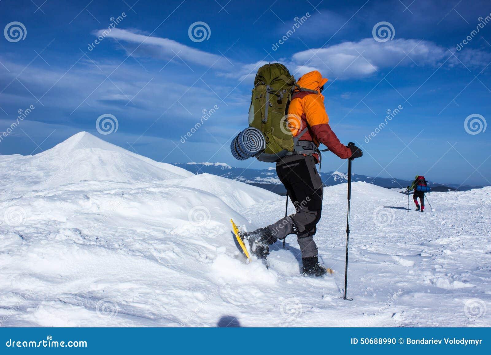 Download 远足在雪靴的山的冬天有背包和帐篷的 库存照片. 图片 包括有 高涨, 室外, 云彩, 体育运动, 活动家 - 50688990
