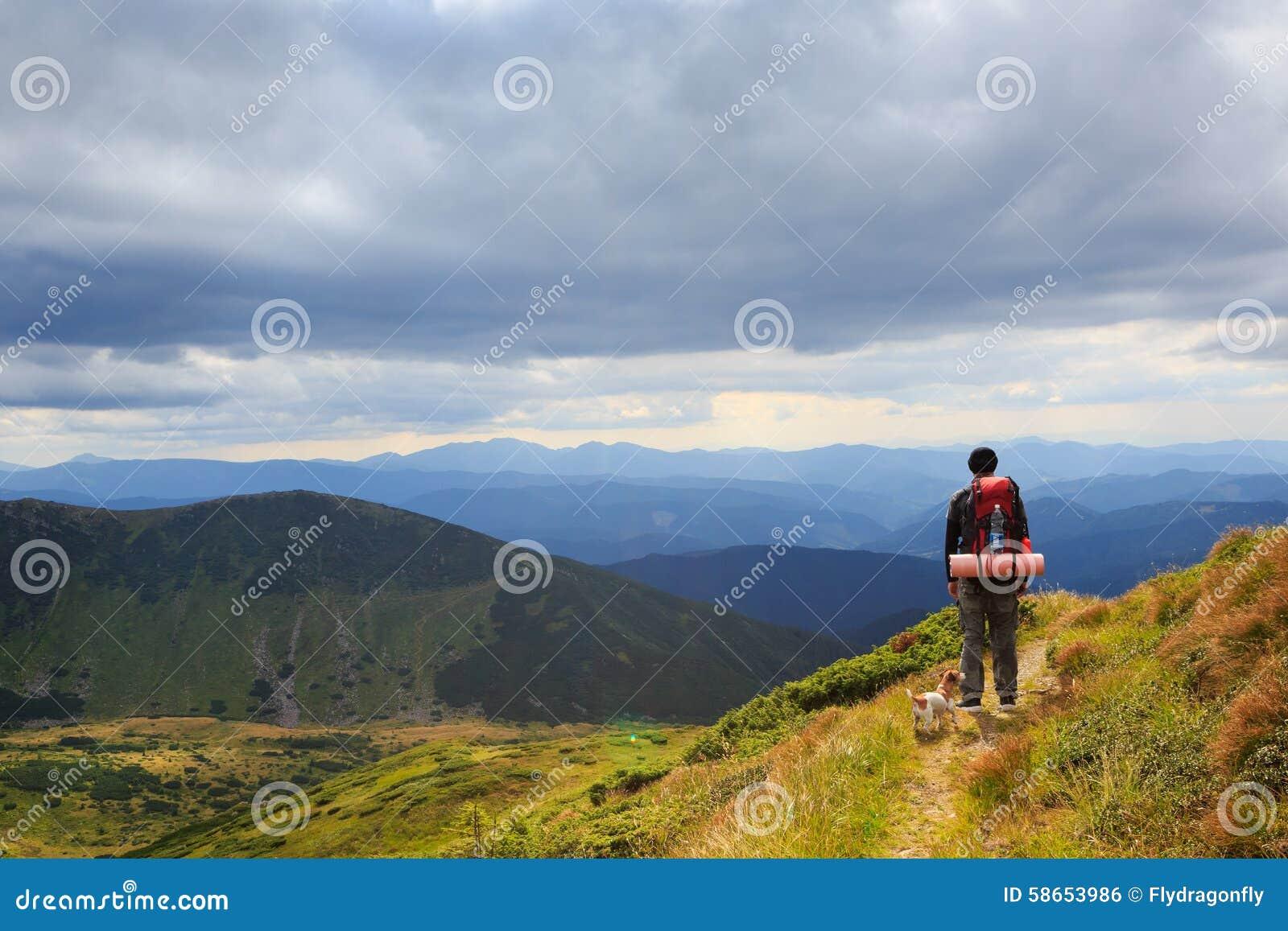 远足旅途偏僻的人后面