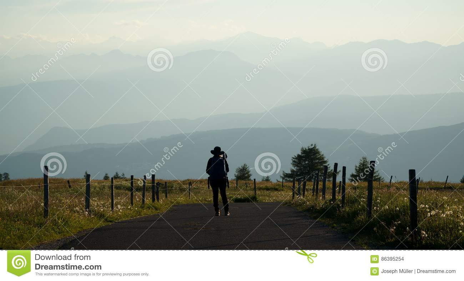 远足者享受在白云岩山的看法在日落