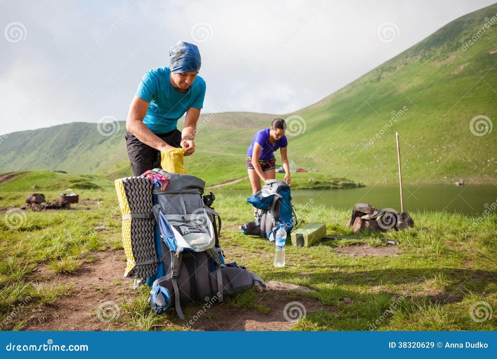 远足者包装他们的背包