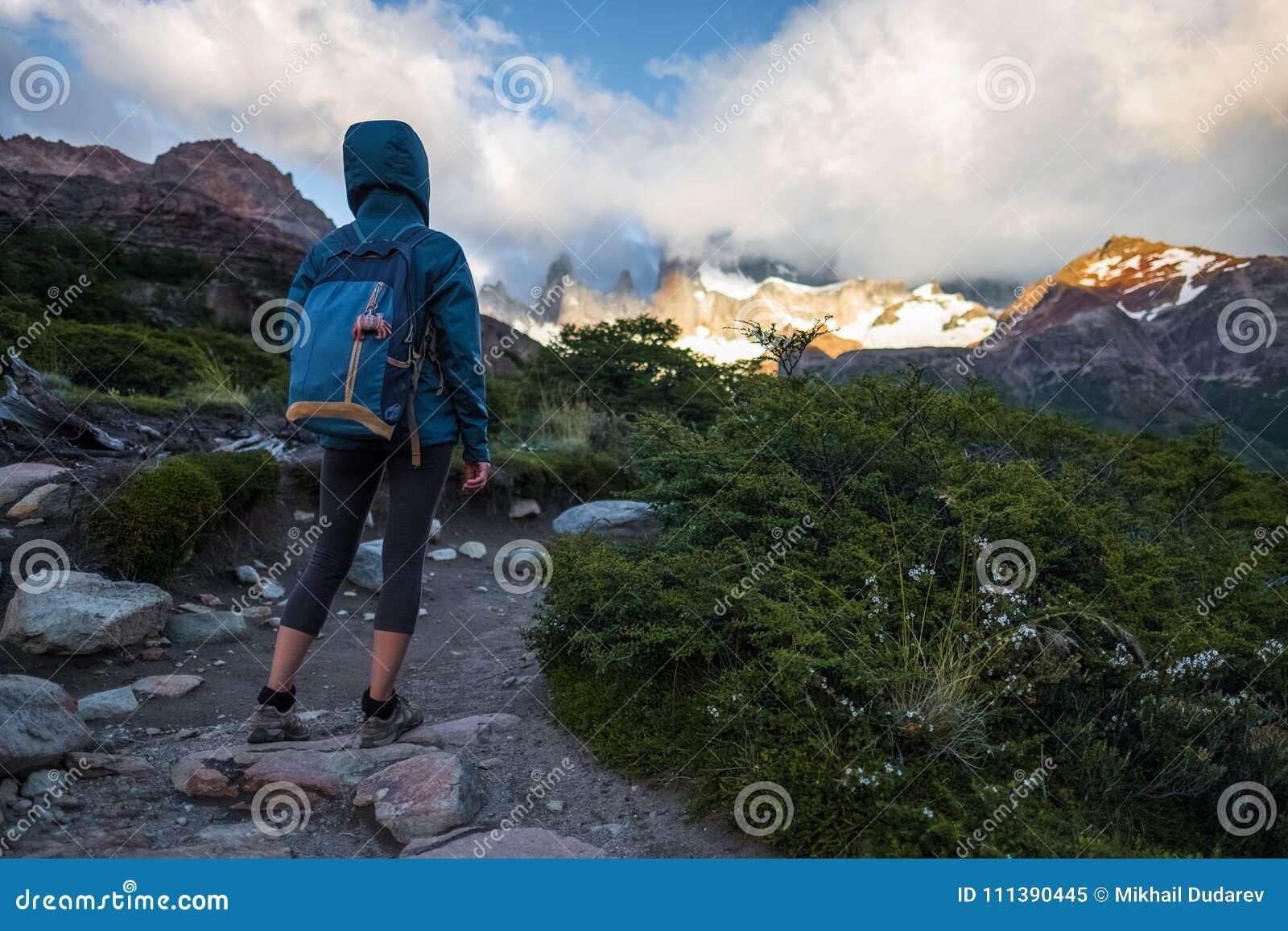 远足者在足迹站立