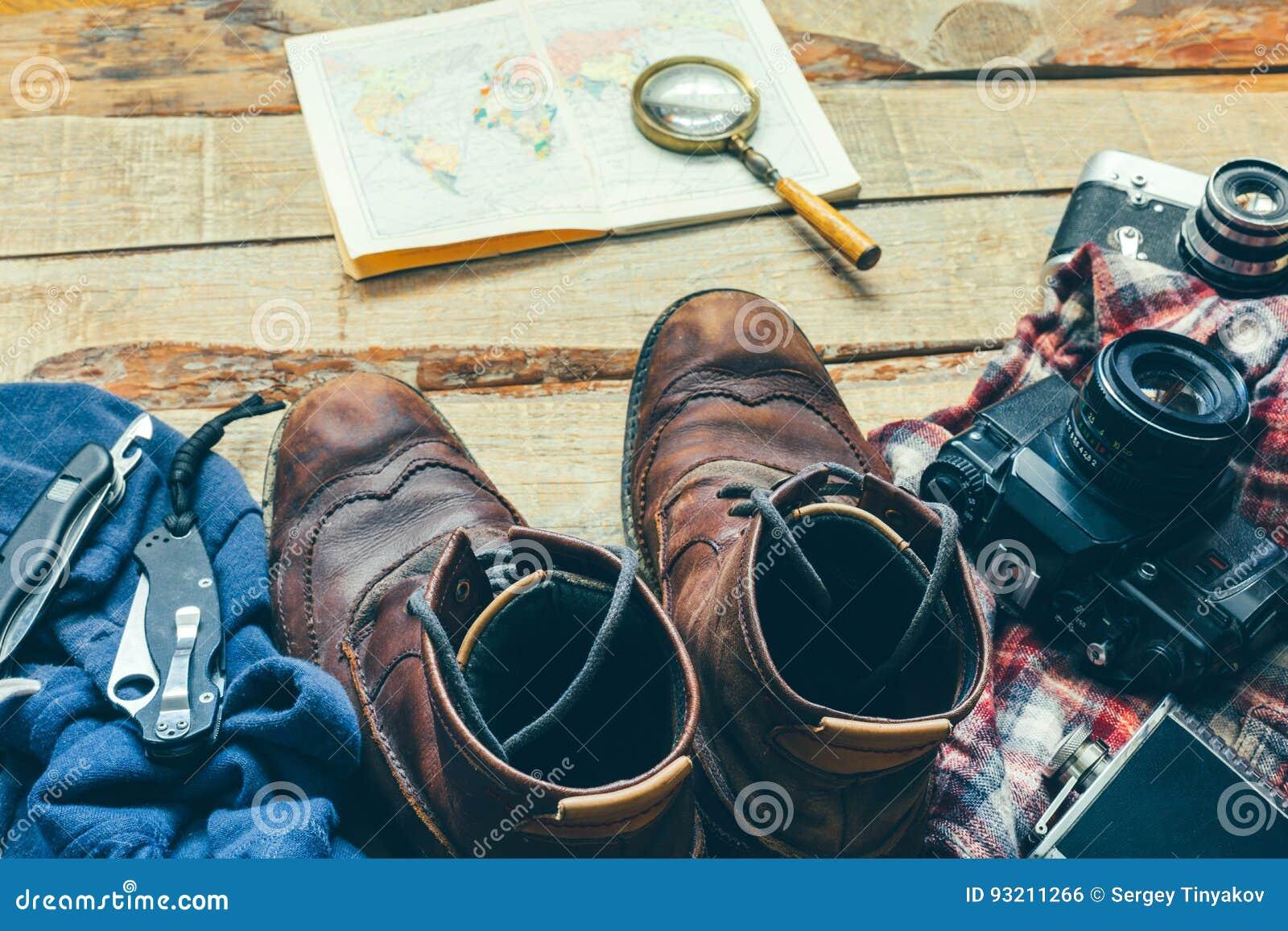 远足辅助部件冒险和室外休闲旅游业的老皮鞋、衬衣、卡片,葡萄酒影片照相机和刀子概念