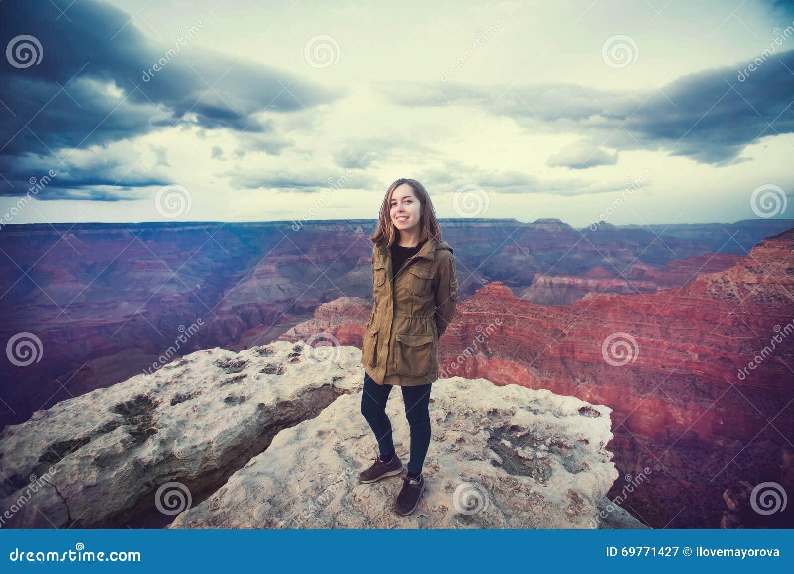 远足年轻美丽的少年学生的照片旅行在大峡谷观点,当日落,亚利桑那