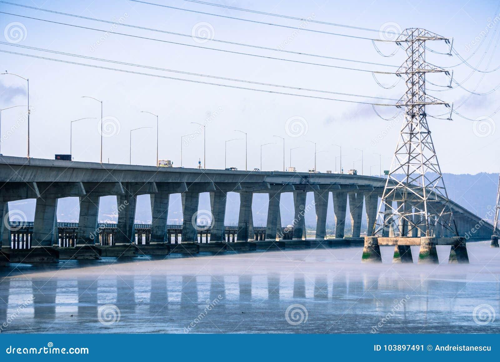 连接佛瑞蒙的敦巴顿橡树园桥梁到门洛帕克,旧金山湾区,加利福尼亚