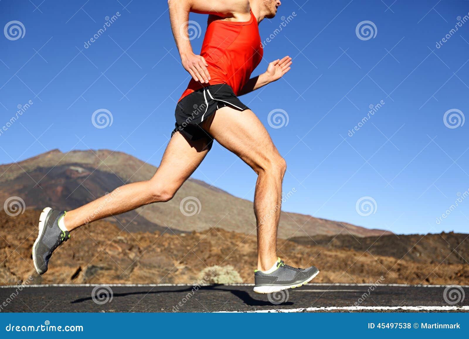 连续人-训练男性的赛跑者户外