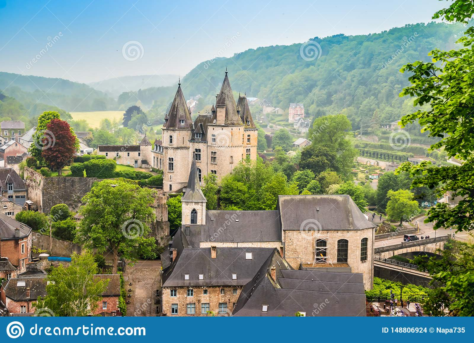 迪尔比伊,卢森堡比利时省的华隆人的城市  美丽的中世纪城堡在市中心