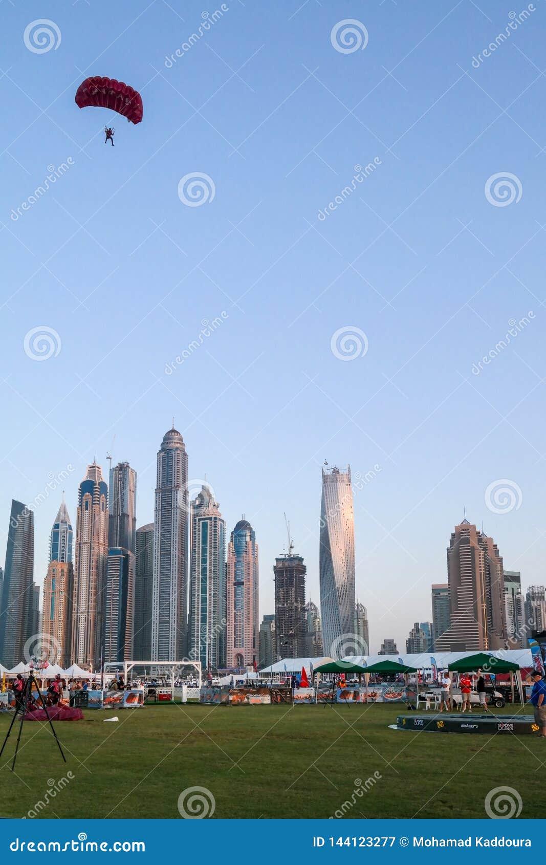 迪拜跳伞市的乐趣和水活动性,在迪拜小游艇船坞的旅游景点