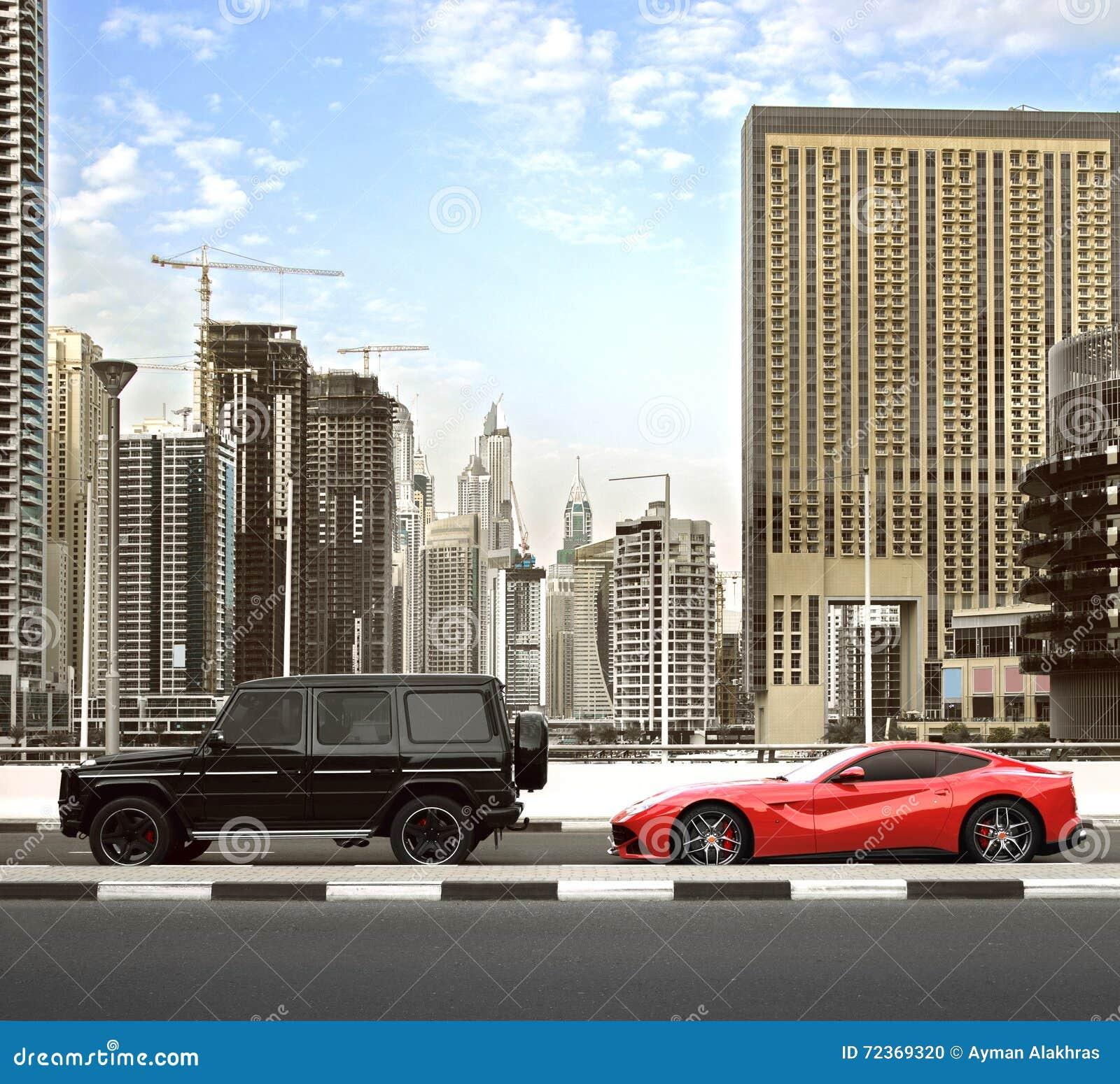 迪拜,阿拉伯联合酋长国- 2016年3月18日:在与豪华汽车的下午交通期间大厦沿迪拜小游艇船坞的看法和摩天大楼走
