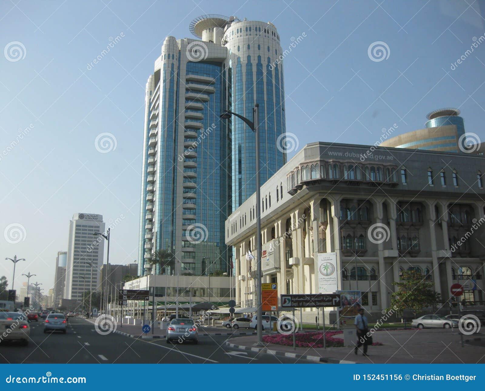 迪拜-在机场和港口区域之间的商业区