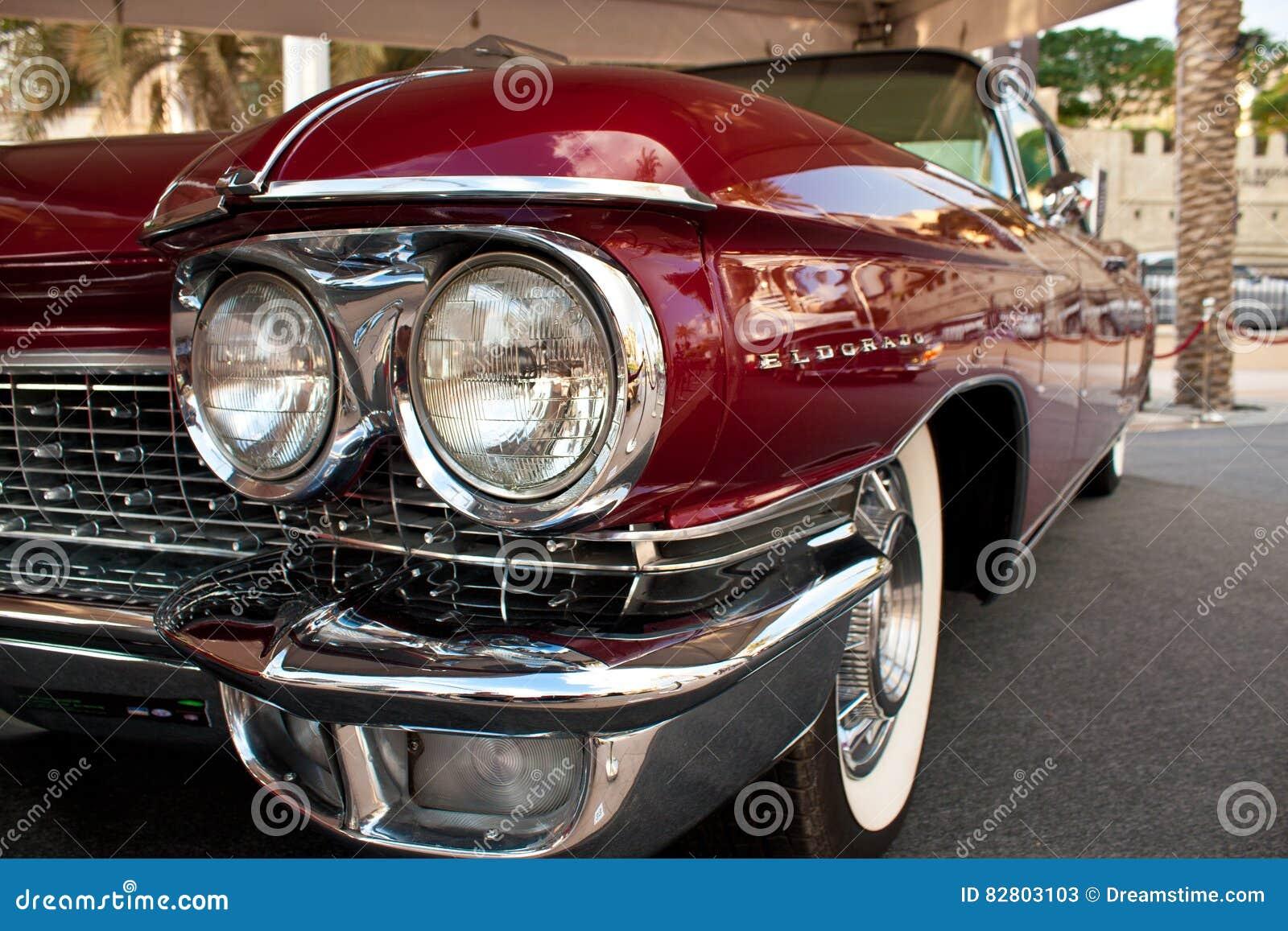 迪拜- 2012年3月14日:1960年卡迪拉克黄金国比亚利兹敞篷车在酋长管辖区经典汽车节日显示