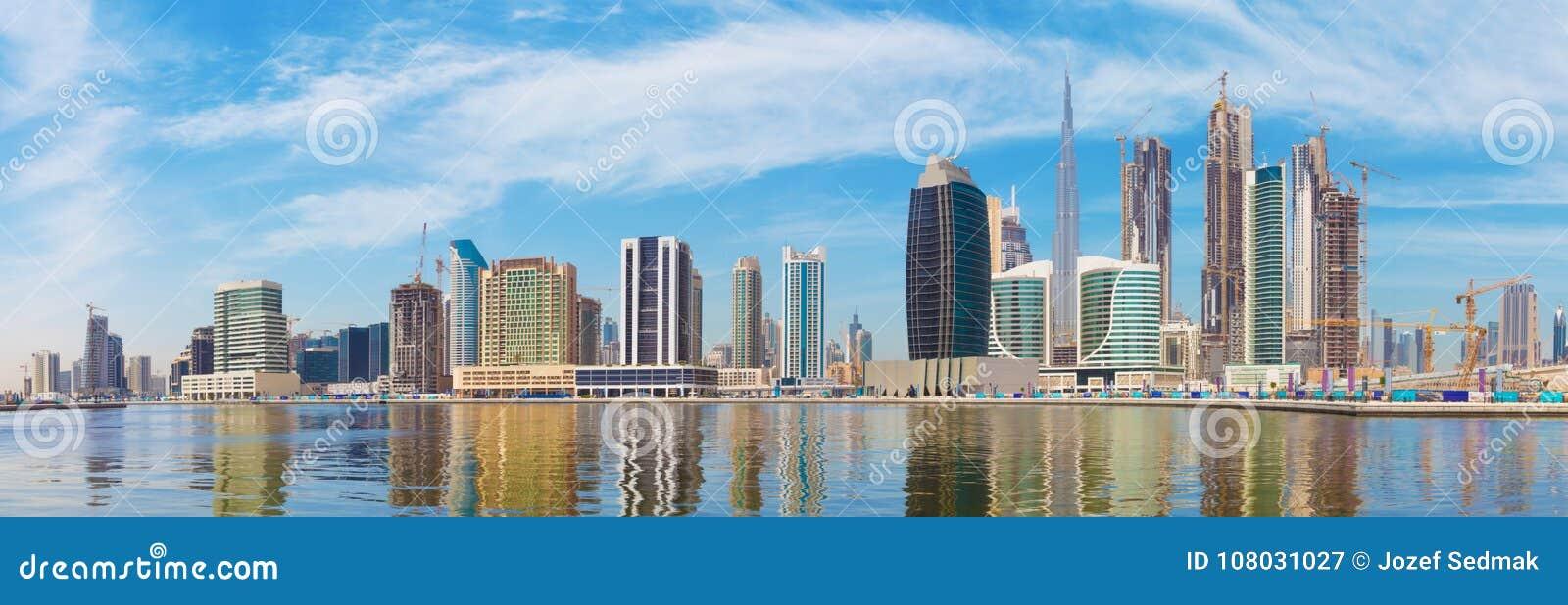 迪拜-有街市新的运河和摩天大楼的全景