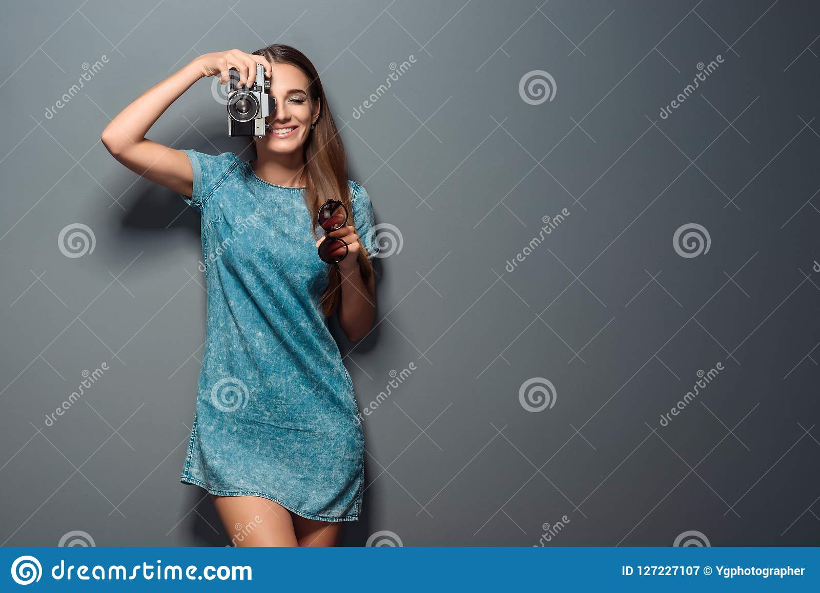 迷人的摄影师采取射击