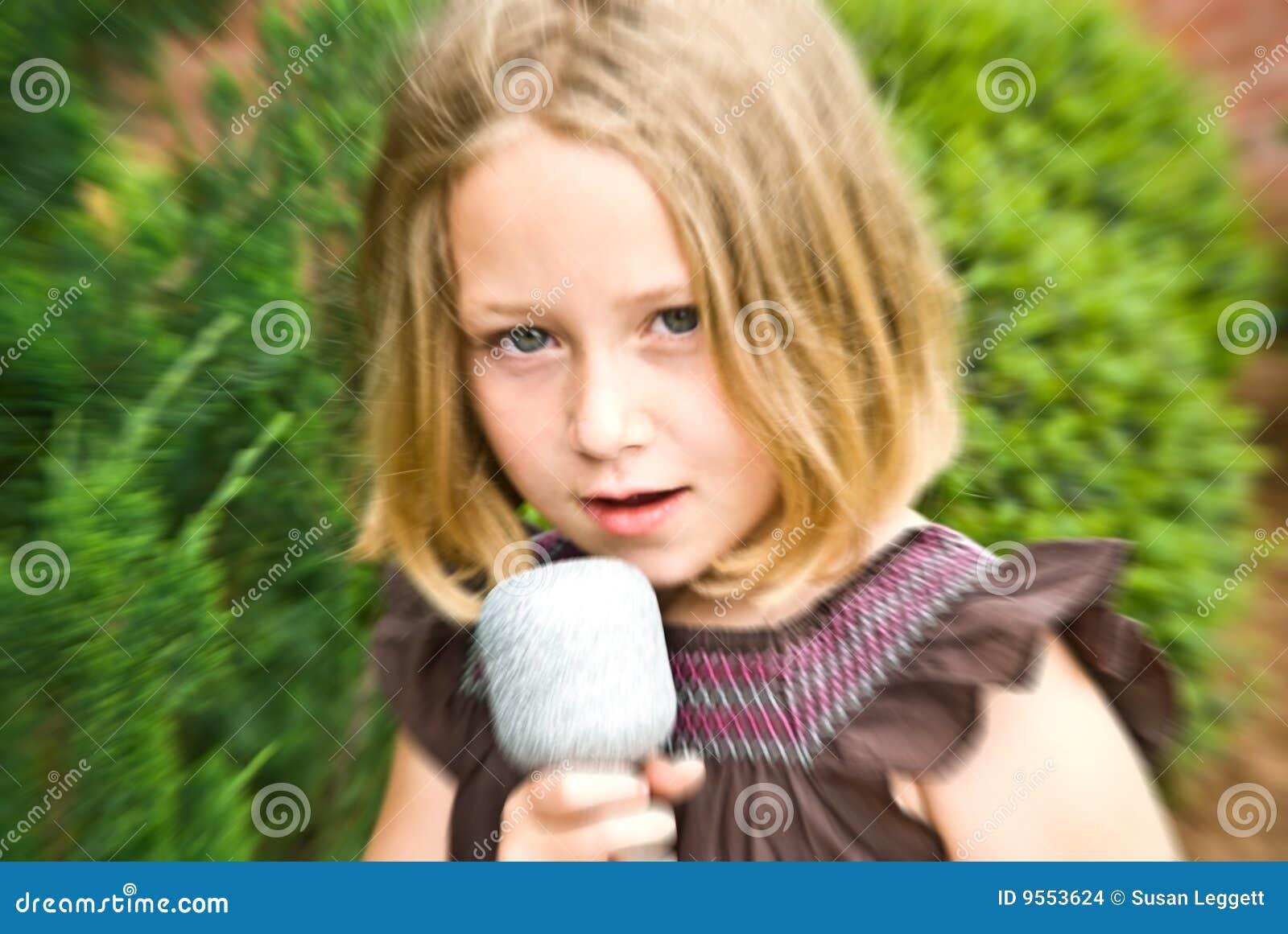 迷离女孩唱歌年轻人