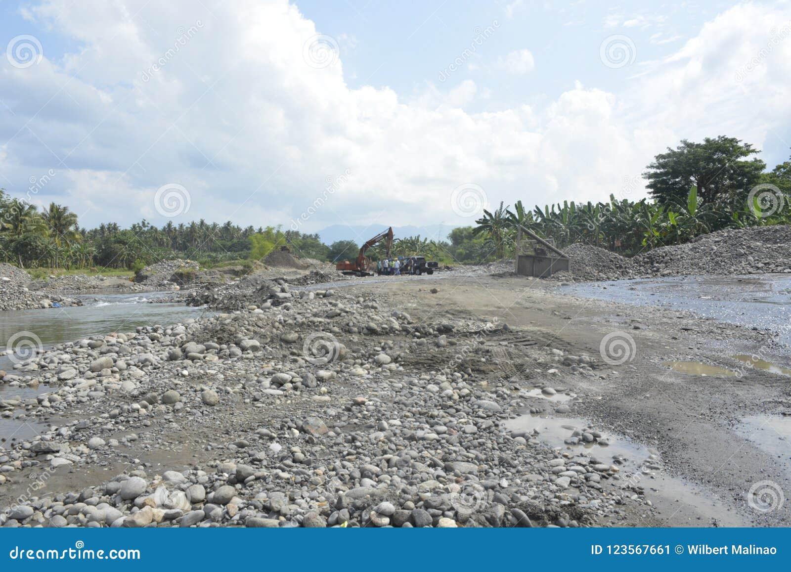 追猎沙子在Mal河床, Matanao,南达沃省,菲律宾