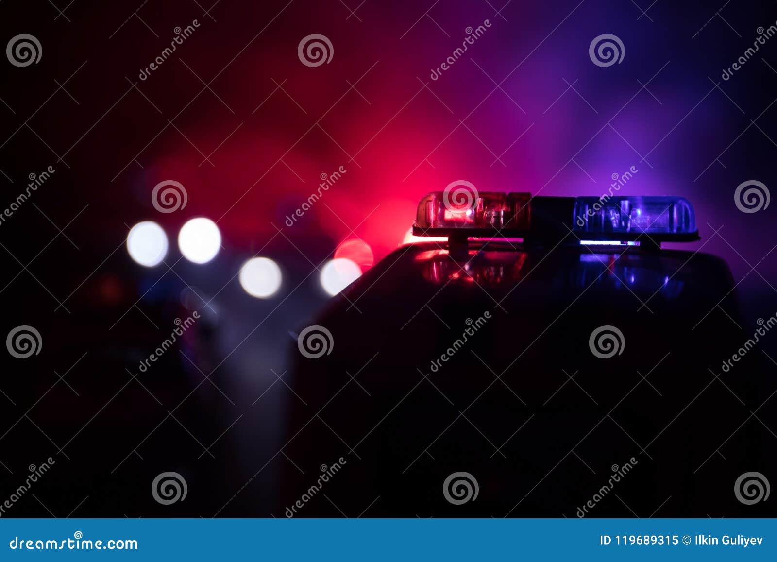 追逐汽车的警车在晚上有雾背景 加速对罪行场面的911应急警车  有选择性的foc