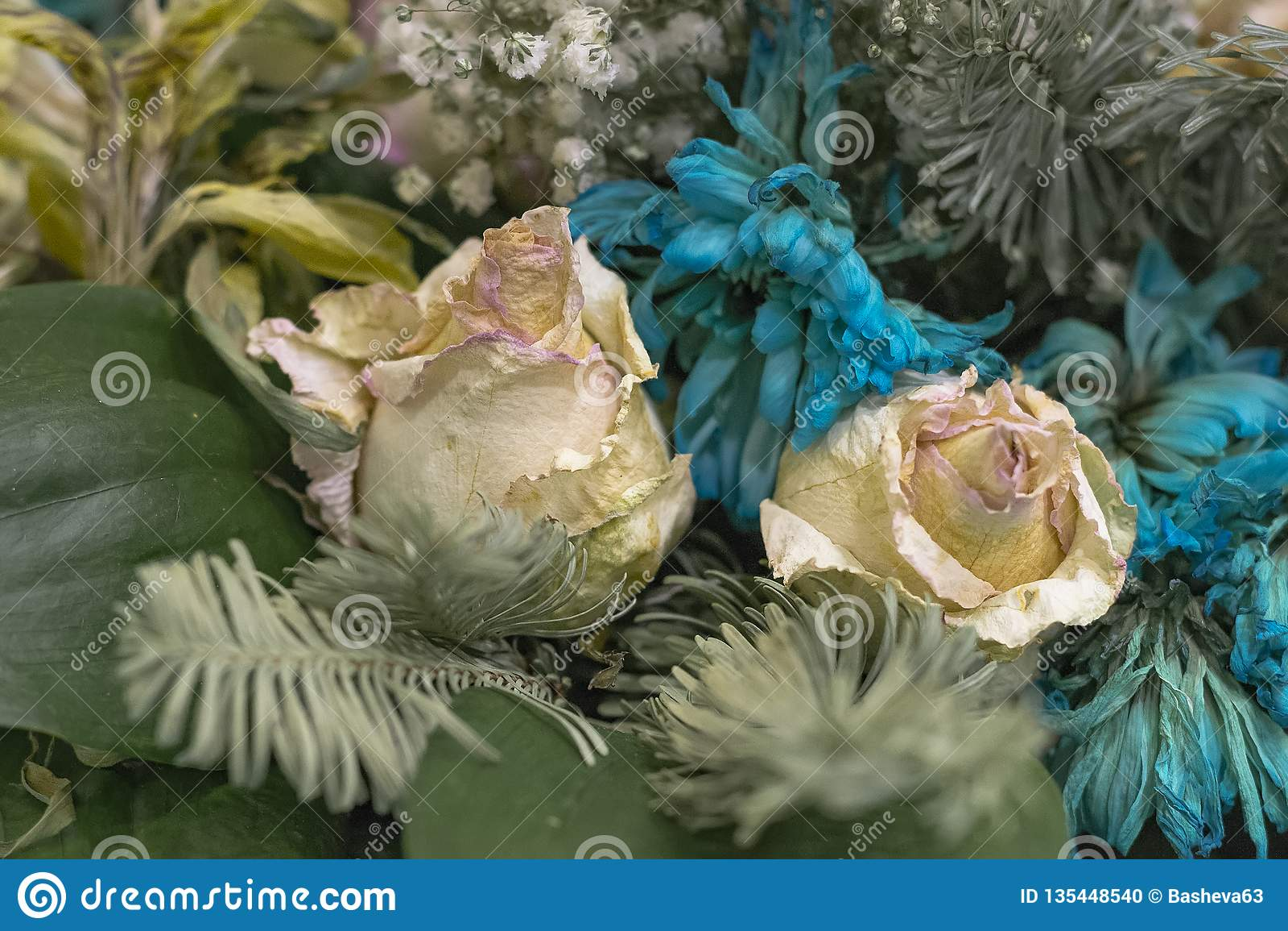 退色的花关闭  桃红色玫瑰和绿松石菊花花束
