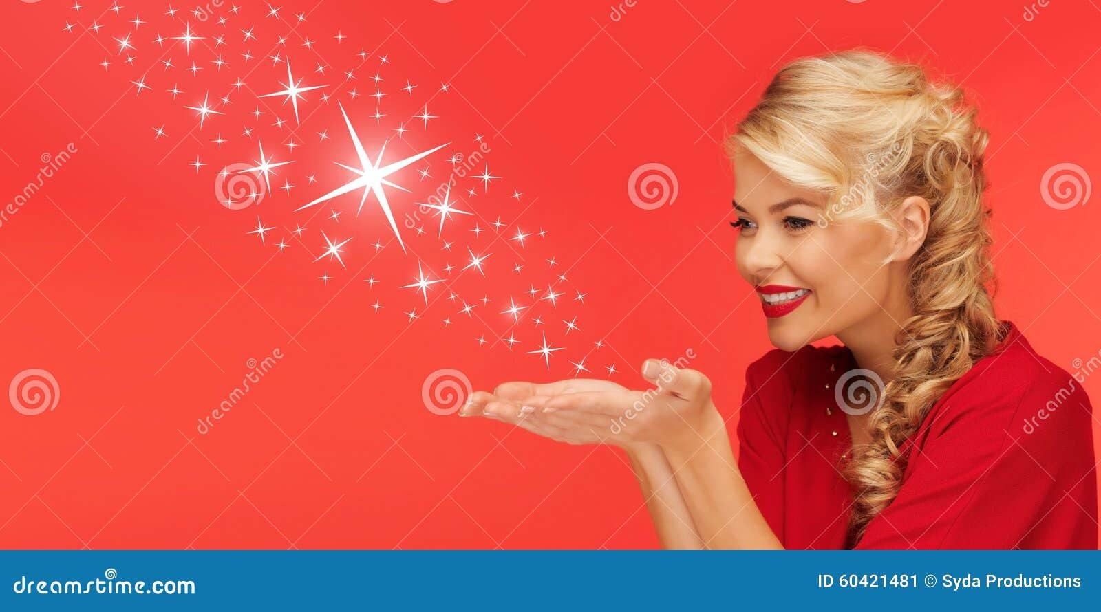 送星的妇女从她的手棕榈