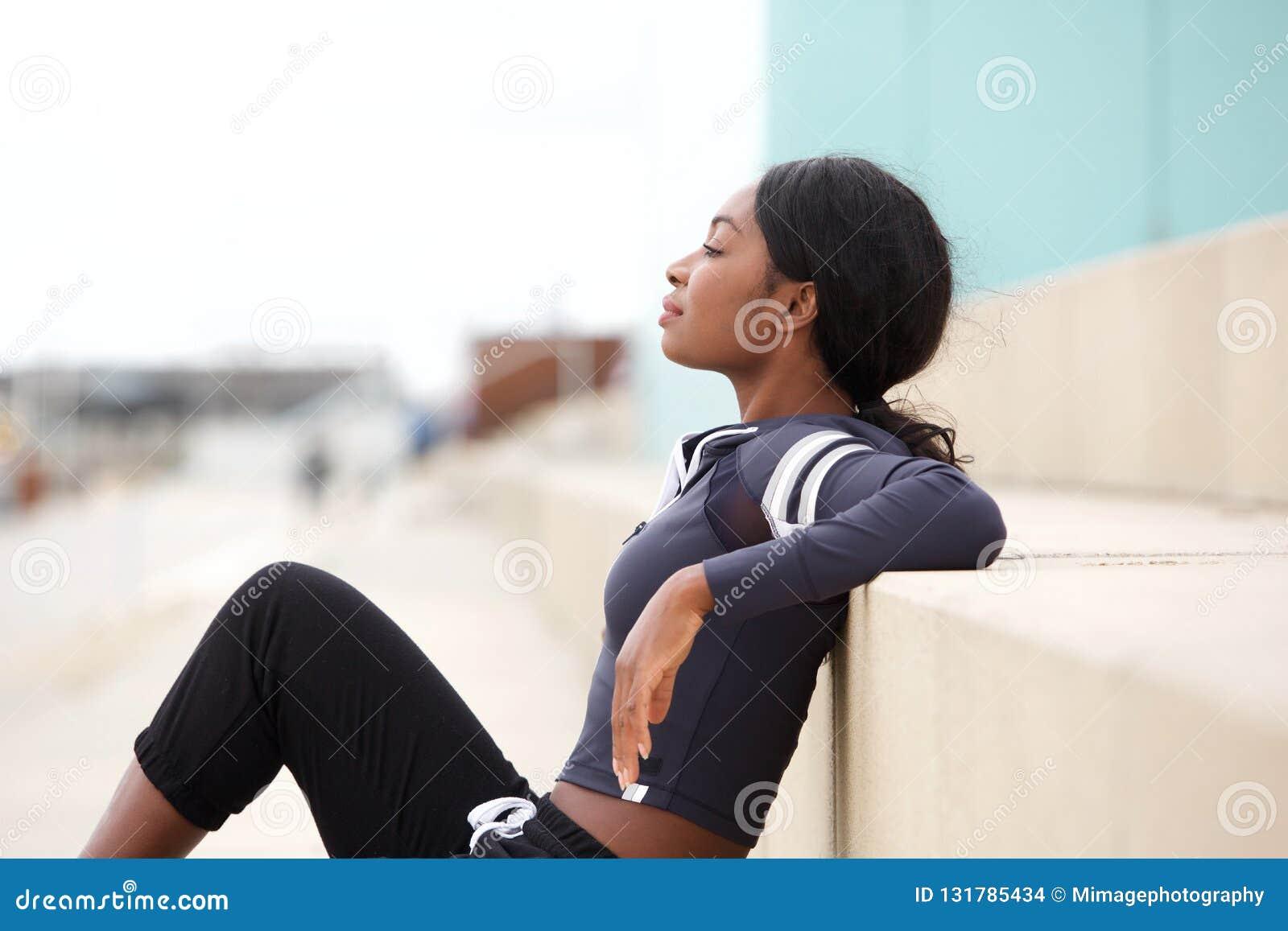 适合年轻非裔美国人的体育妇女放松的外部画象