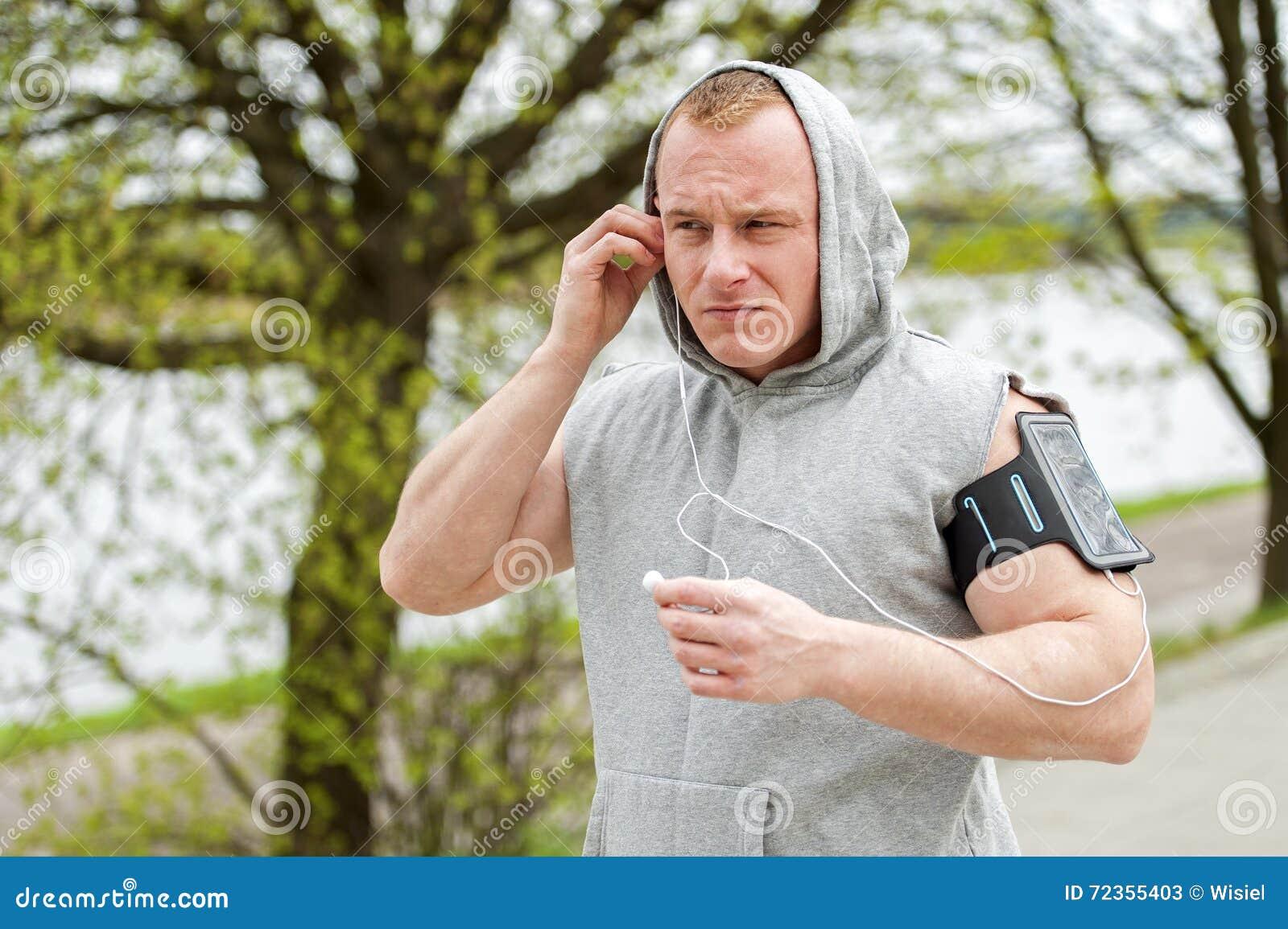 适合的由耳机的人慢跑者听的音乐